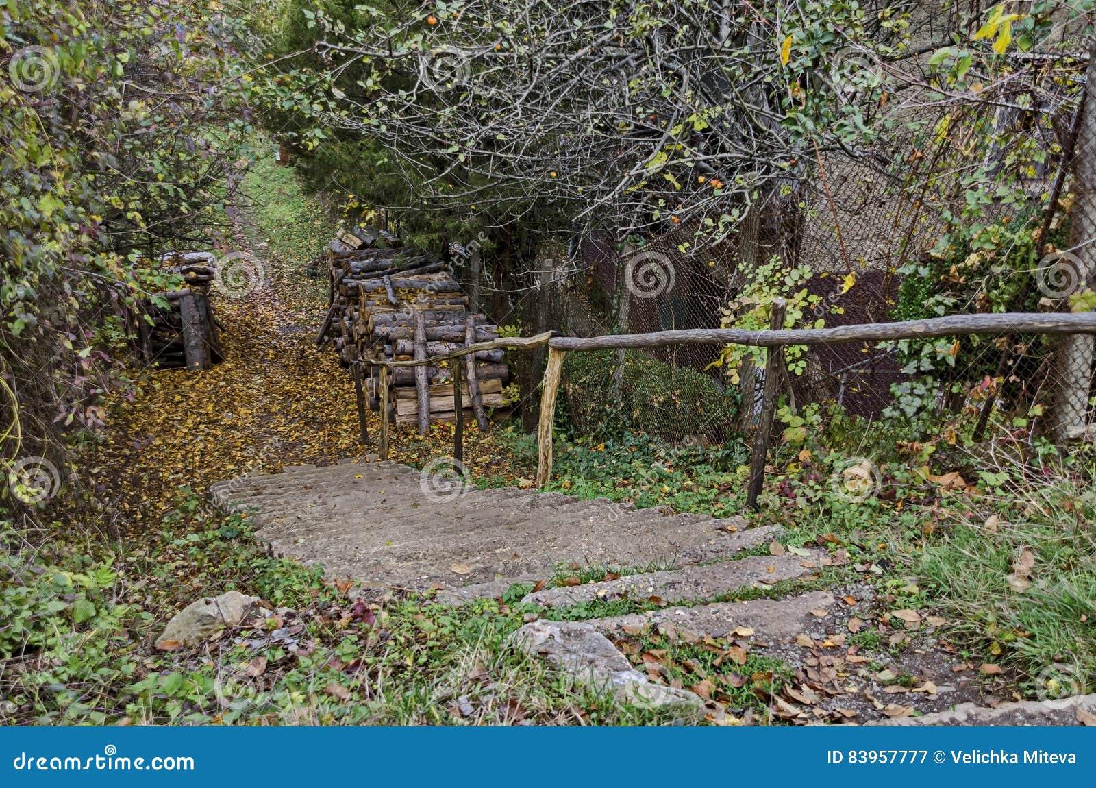 Regardez vers le chemin de montagne dans le village Lakatnik