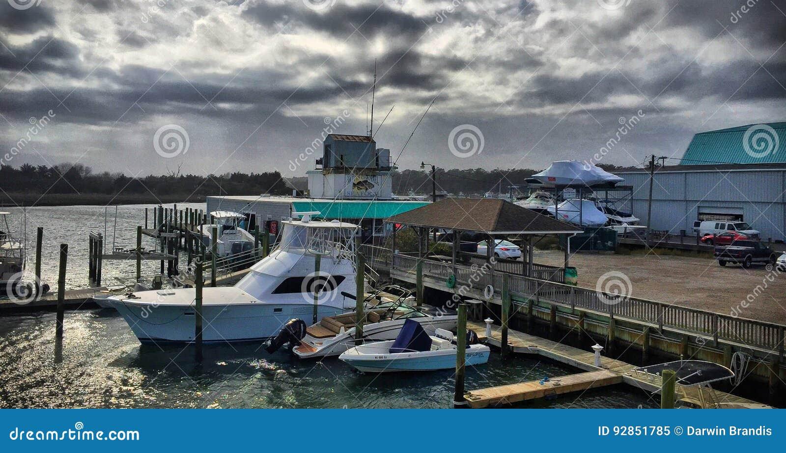 Regen, der über den Jachthafen sich bewegt