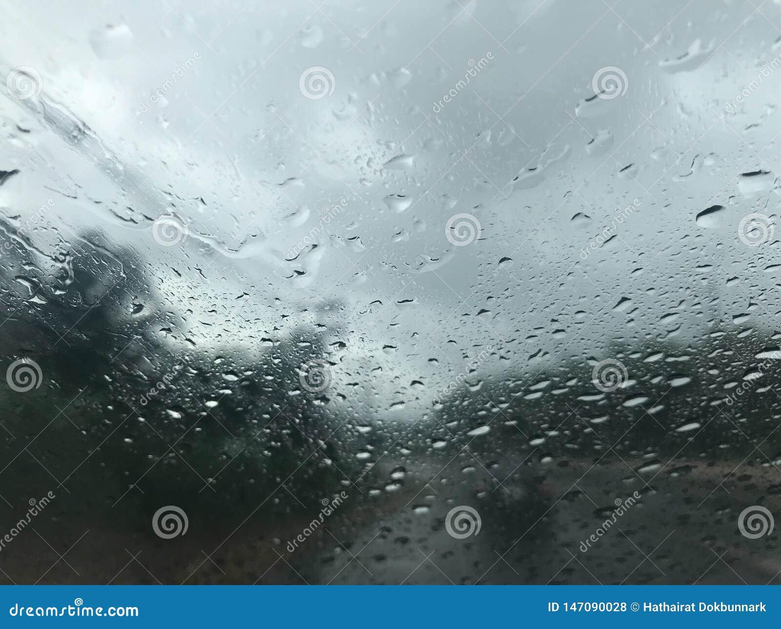 Regen drohardly, zum eines Autos in der Front zu sehen und Bäume entlang der Straße