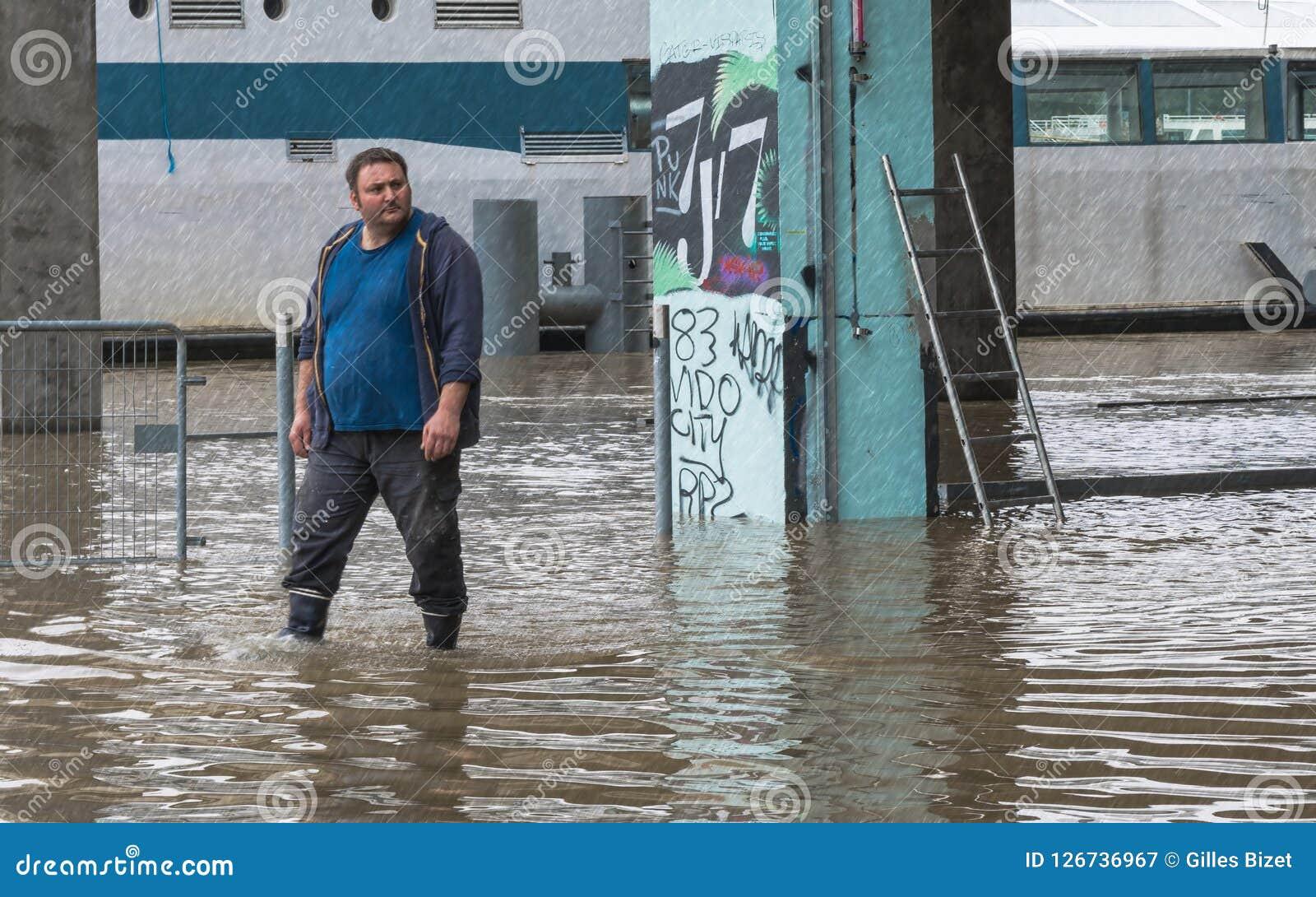Regen und Flut auf der Seine in Paris