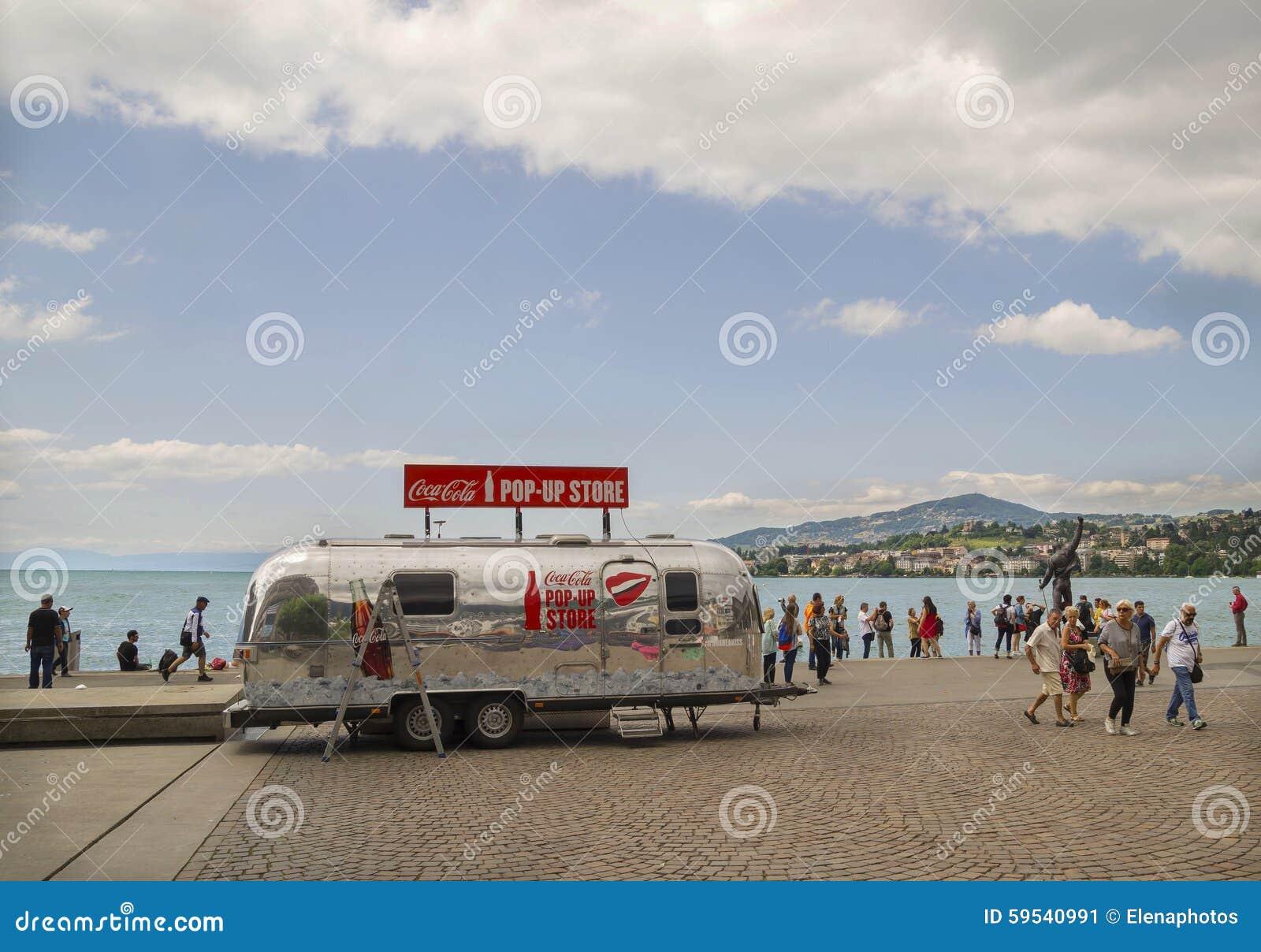 Regenachtige dag op Motreaux Riviera bij het Meer van Genève, met beroemd Freddy Mercury-standbeeld