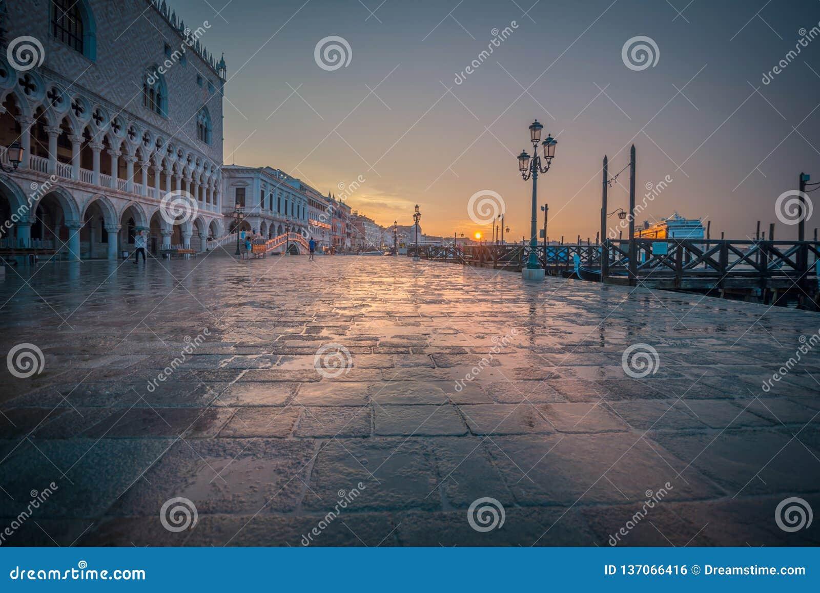 Regenachtige zonsopgang in Venetië