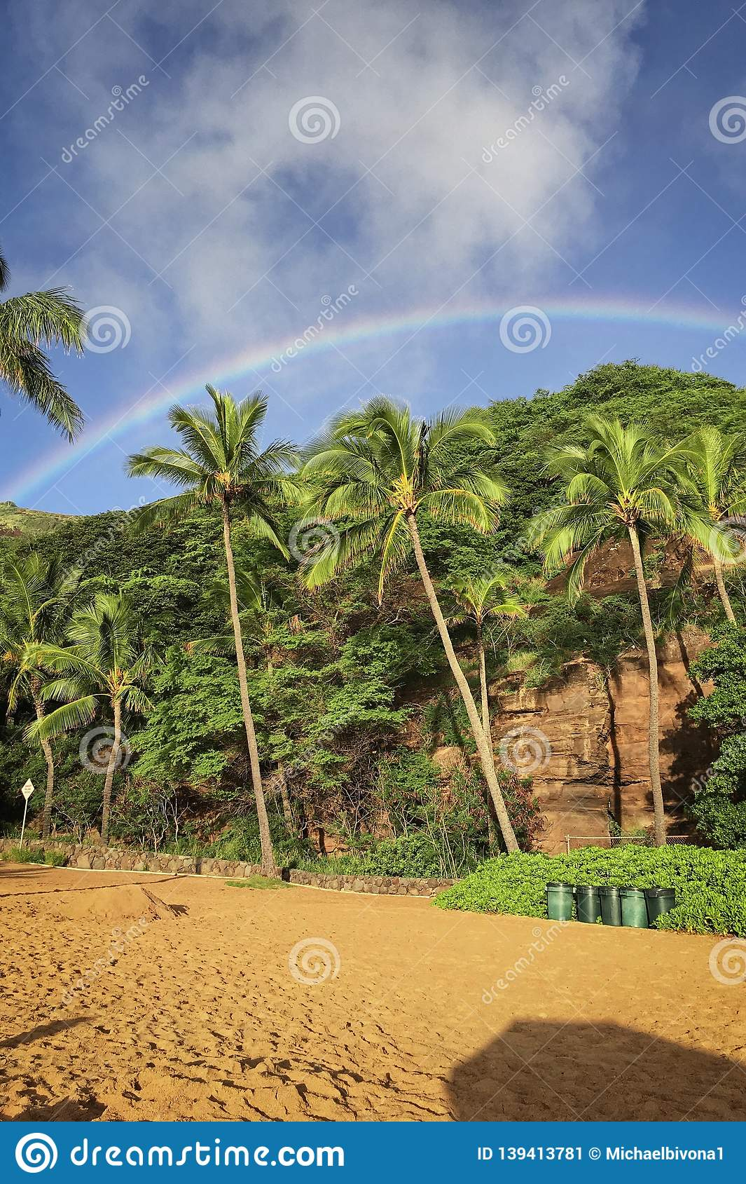 Regenbogen über dem Strand von Hanauma-Bucht auf Oahu, Hawaii