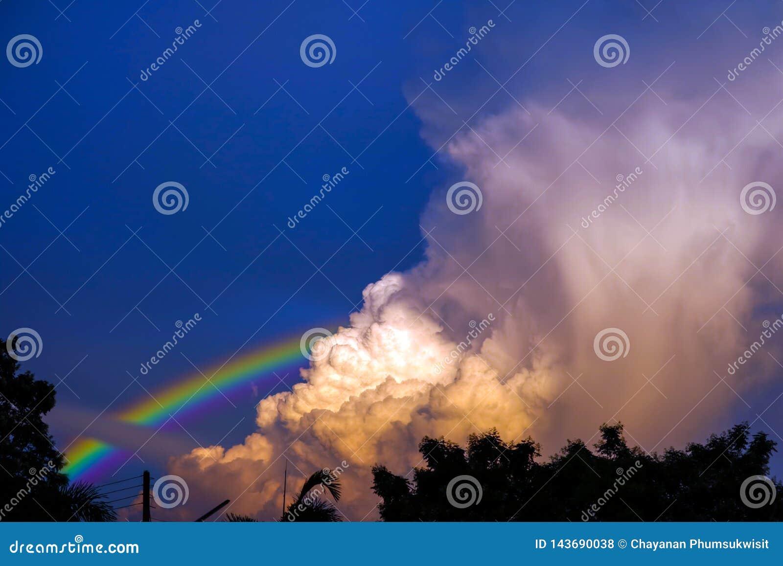 Regenbogen erscheint im Himmel nach dem Regen und der R?ckseite auf Sonnenuntergangwolke