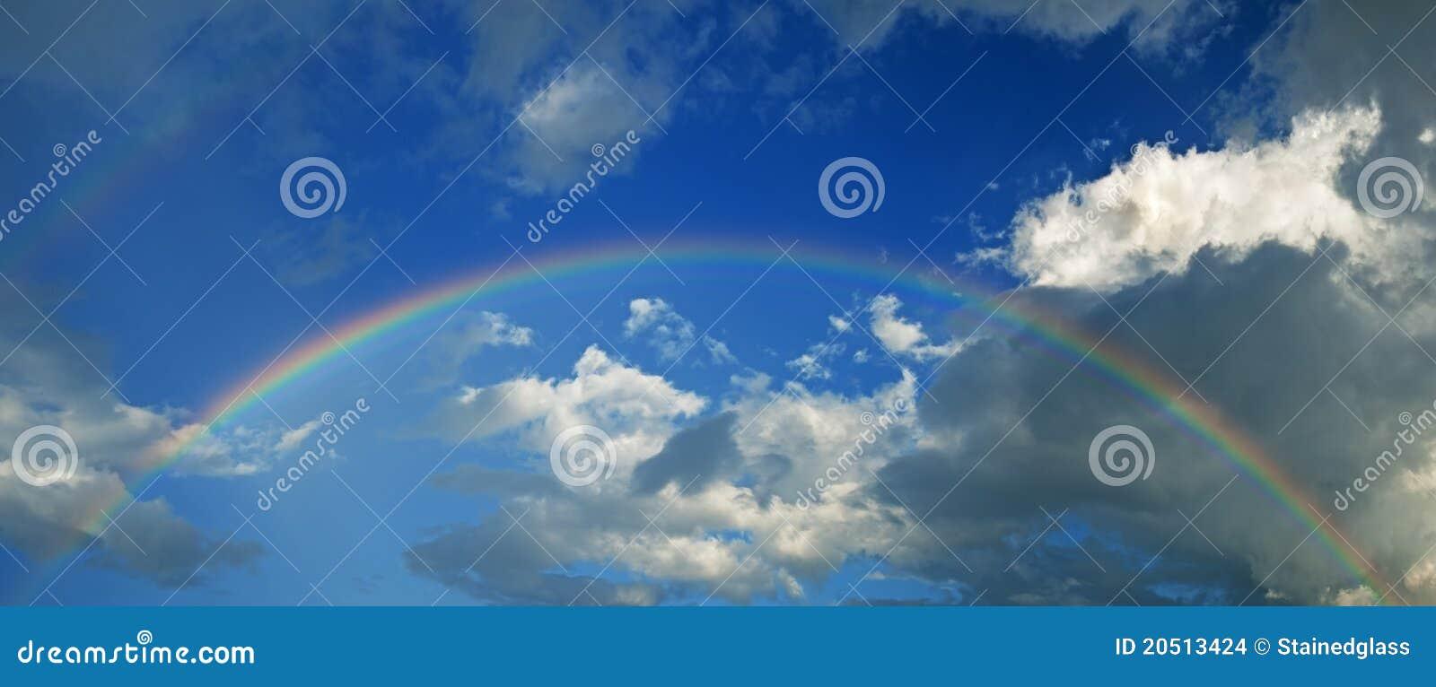 regenbogen mit himmel und wolkenpanorama stockfoto  bild