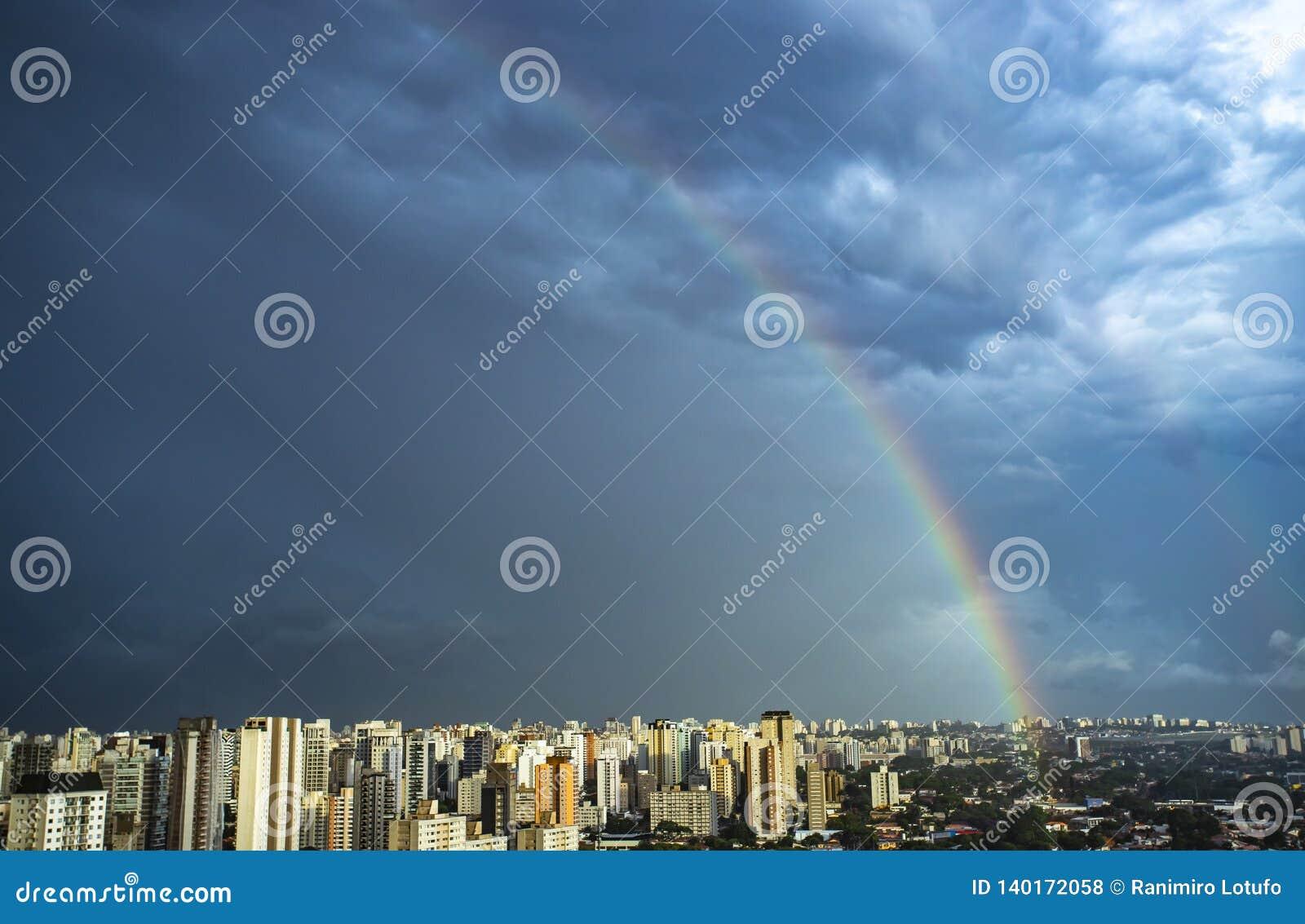 Regenboog in de stad De stad van Sao Paulo, Brazilië