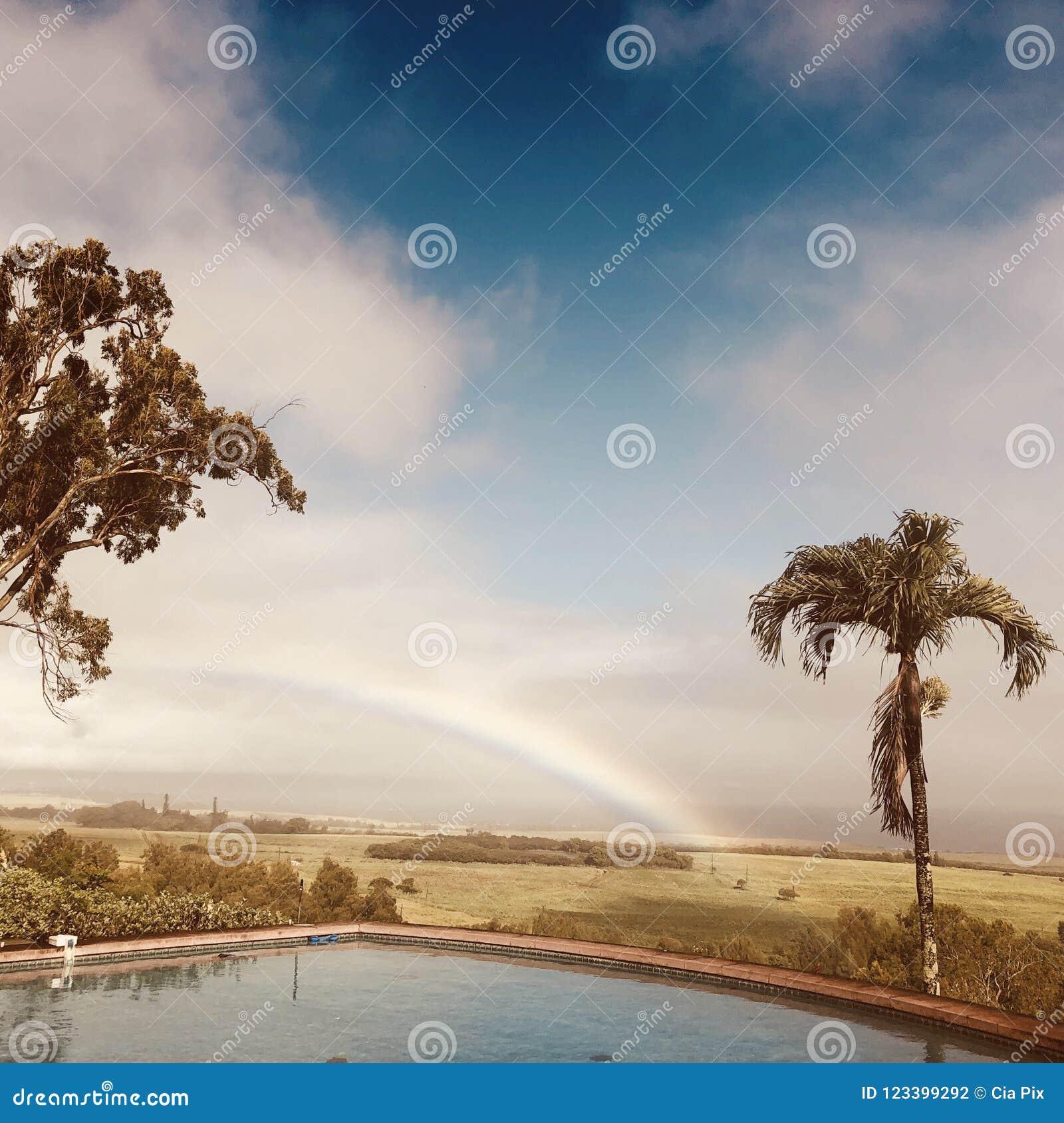 Regenboog over het eiland van Maui