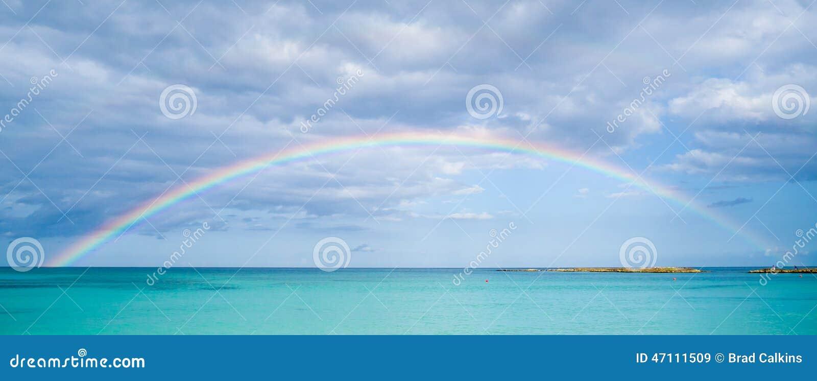 Regenboog over oceaan
