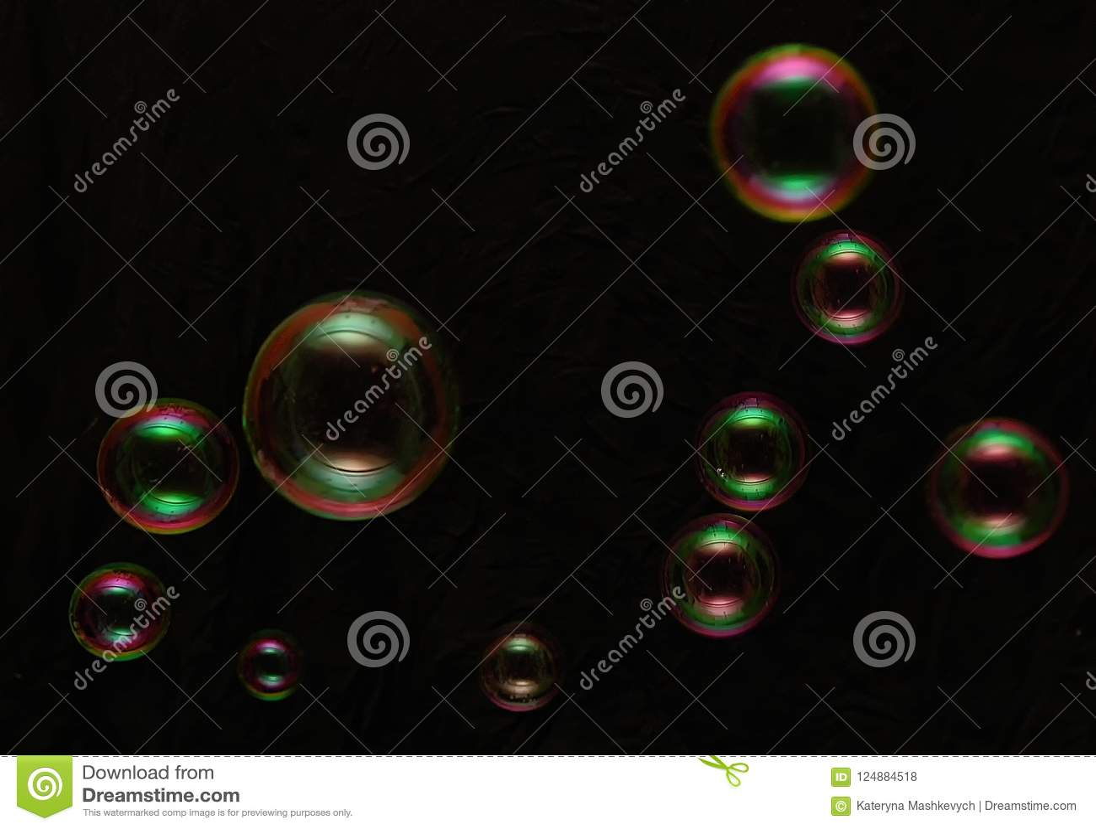 Regenboogzeepbels op een donkere achtergrond