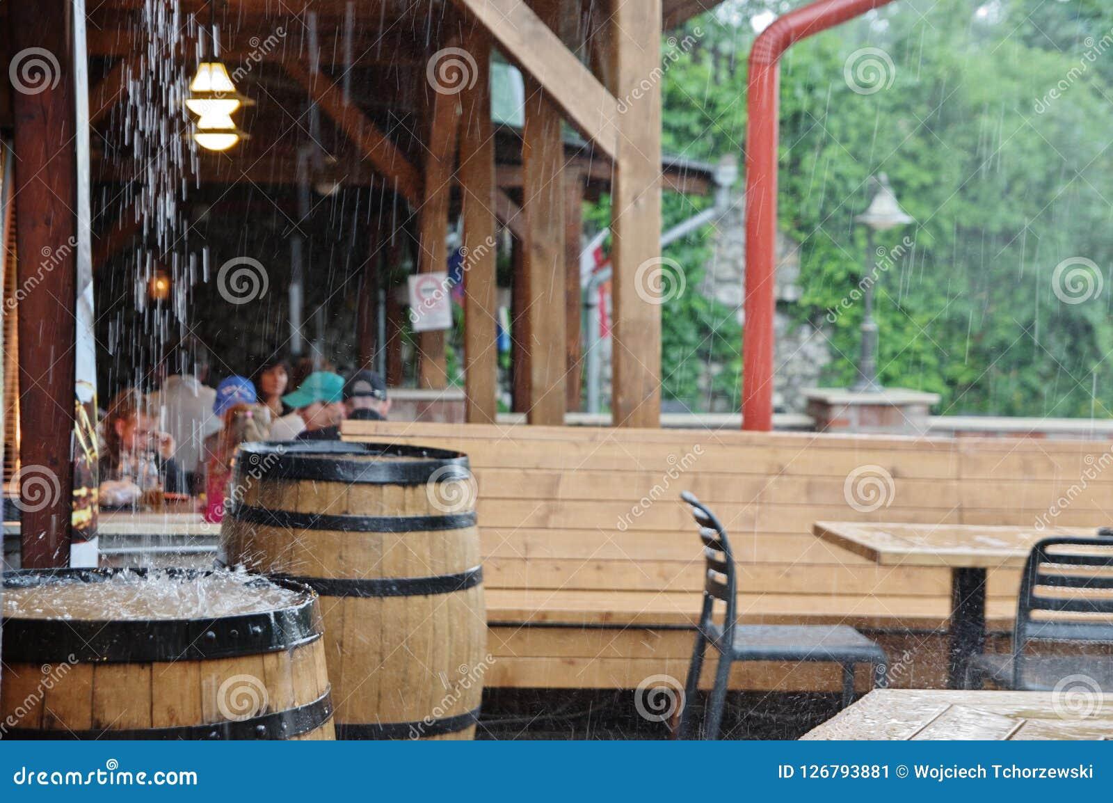 Regenguß im Kneipe ` s Garten