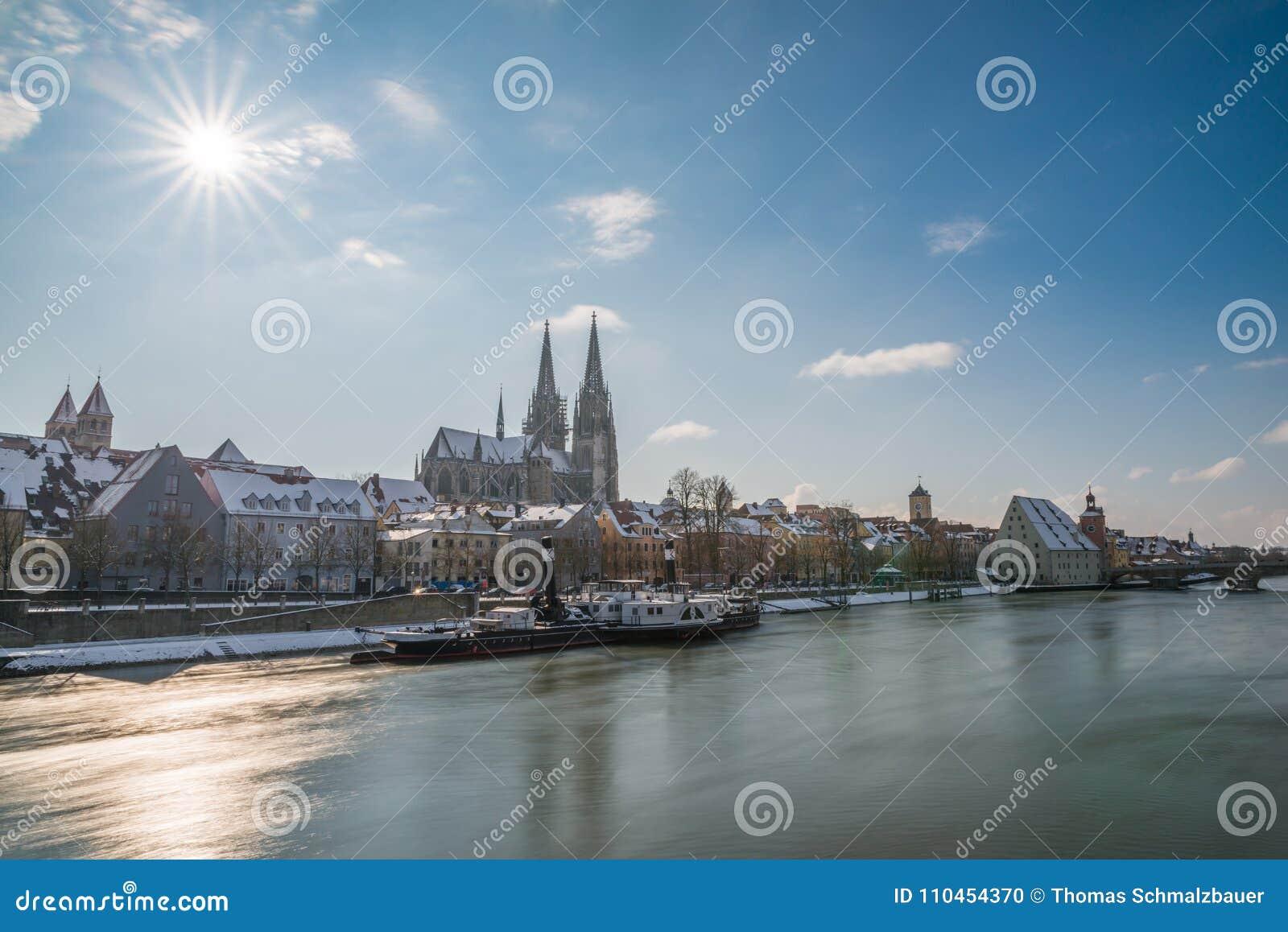 Regensburg på vintern med promenaden domkyrkan och stenbron, Tyskland