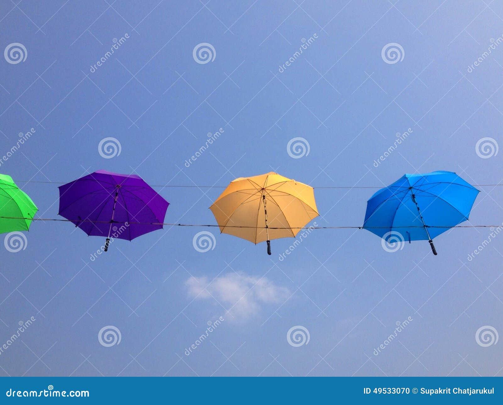 Regenschirm färbt voll