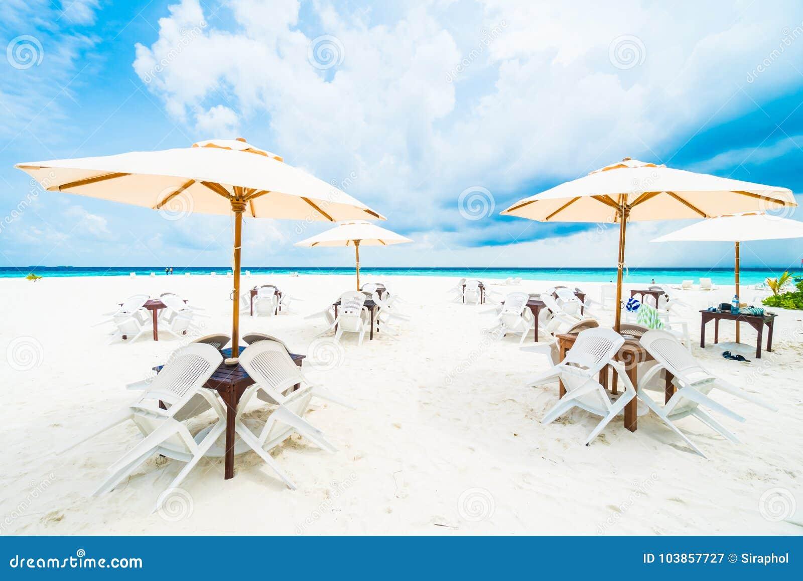 Regenschirm und Stuhl