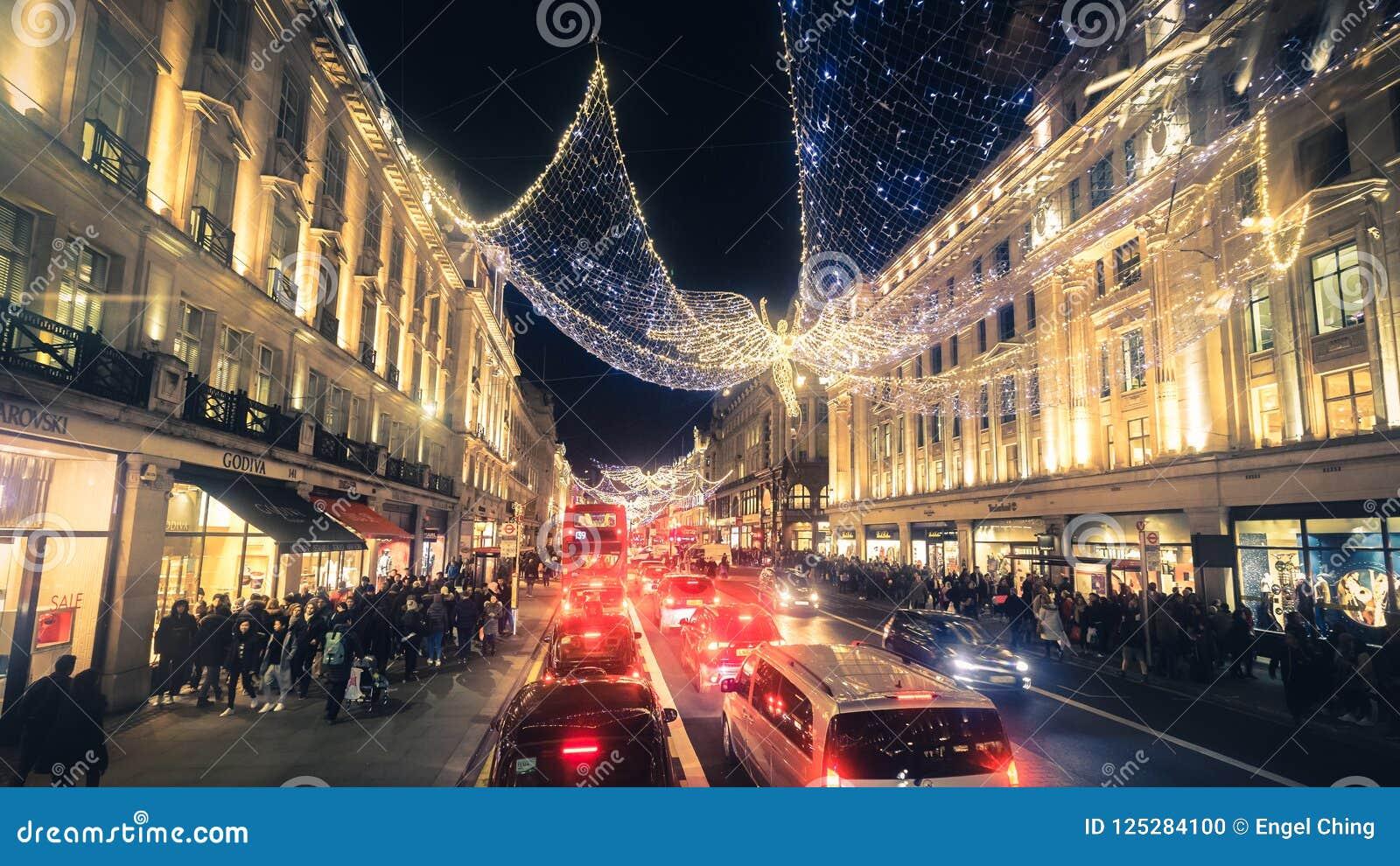 Regent Street Holiday Lights med shoppare i London, UK