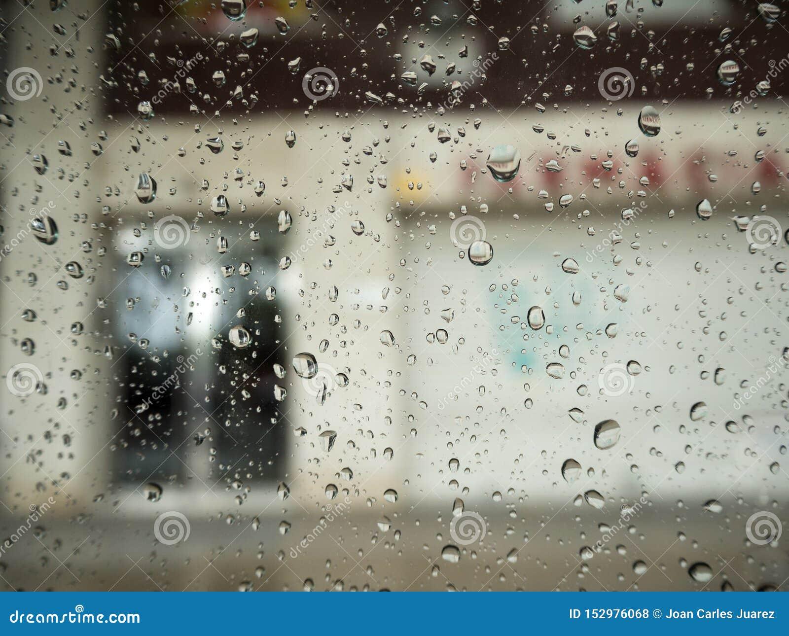 Regentropfen auf einem Autofenster