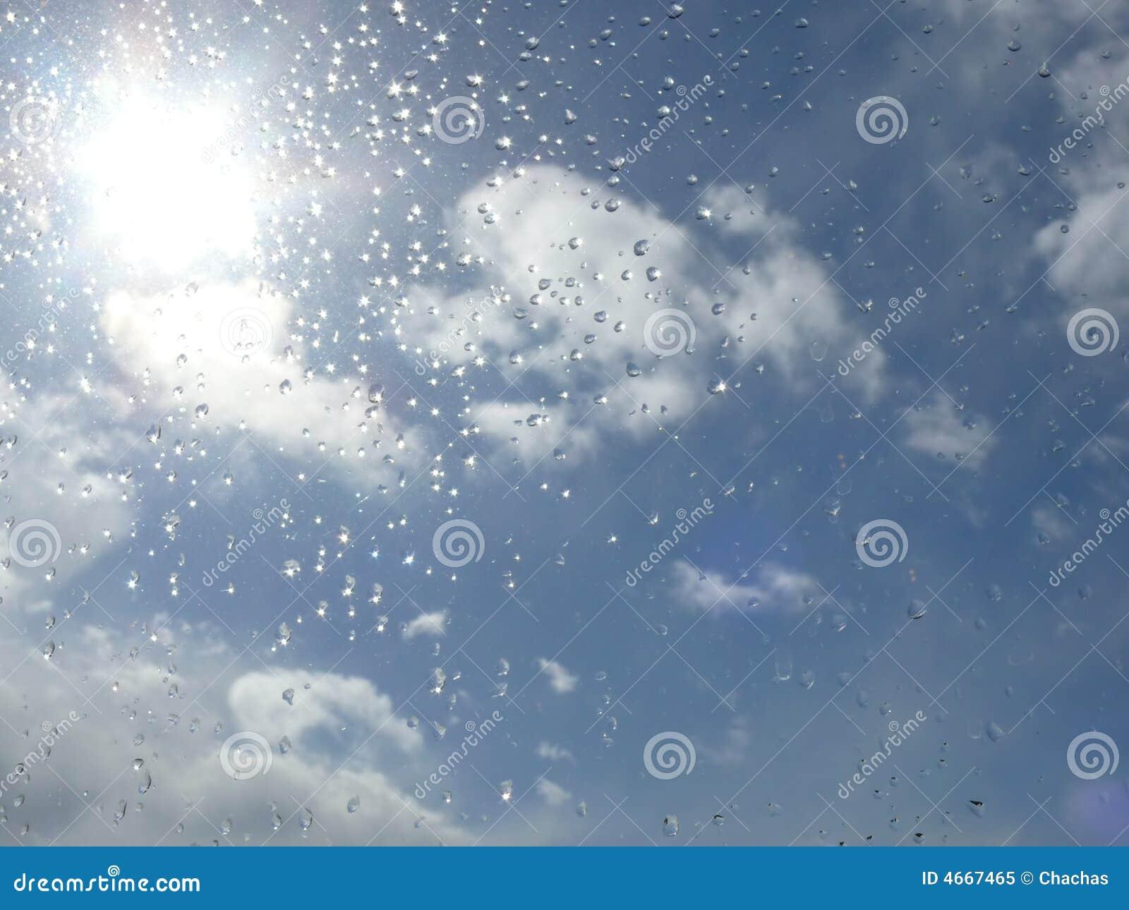 Regentropfen und sonniger Himmel