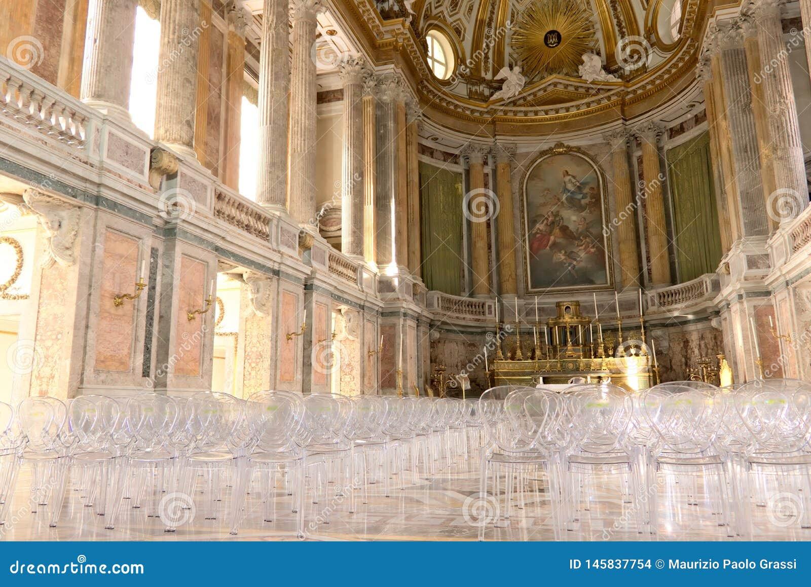 Reggia二卡塞尔塔,意大利 10/27/2018 教堂的内部在宫殿里面的 当代耐热有机玻璃椅子