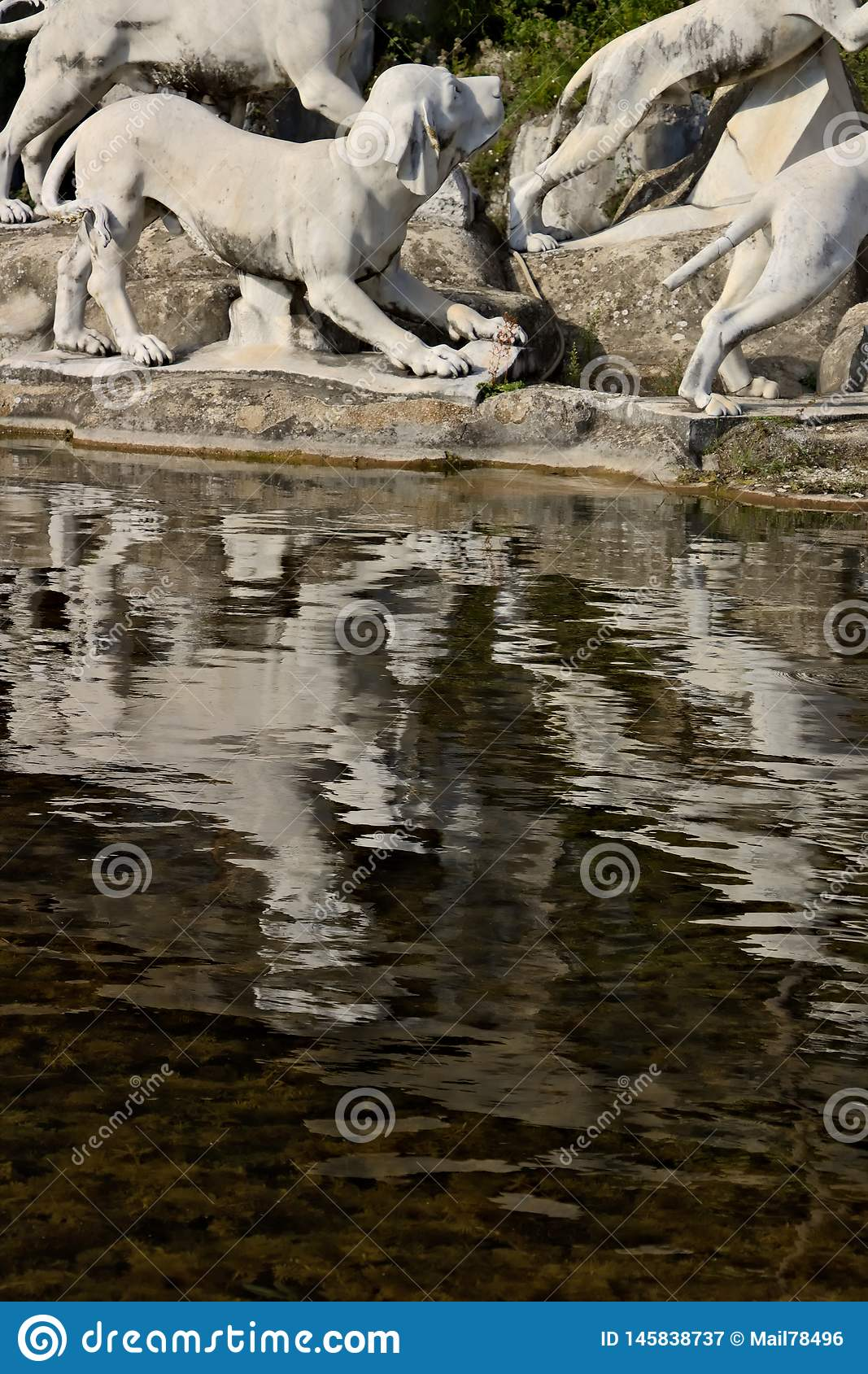 Reggia二卡塞尔塔,意大利 10/27/2018 有雕塑的巨大的喷泉在白色大理石