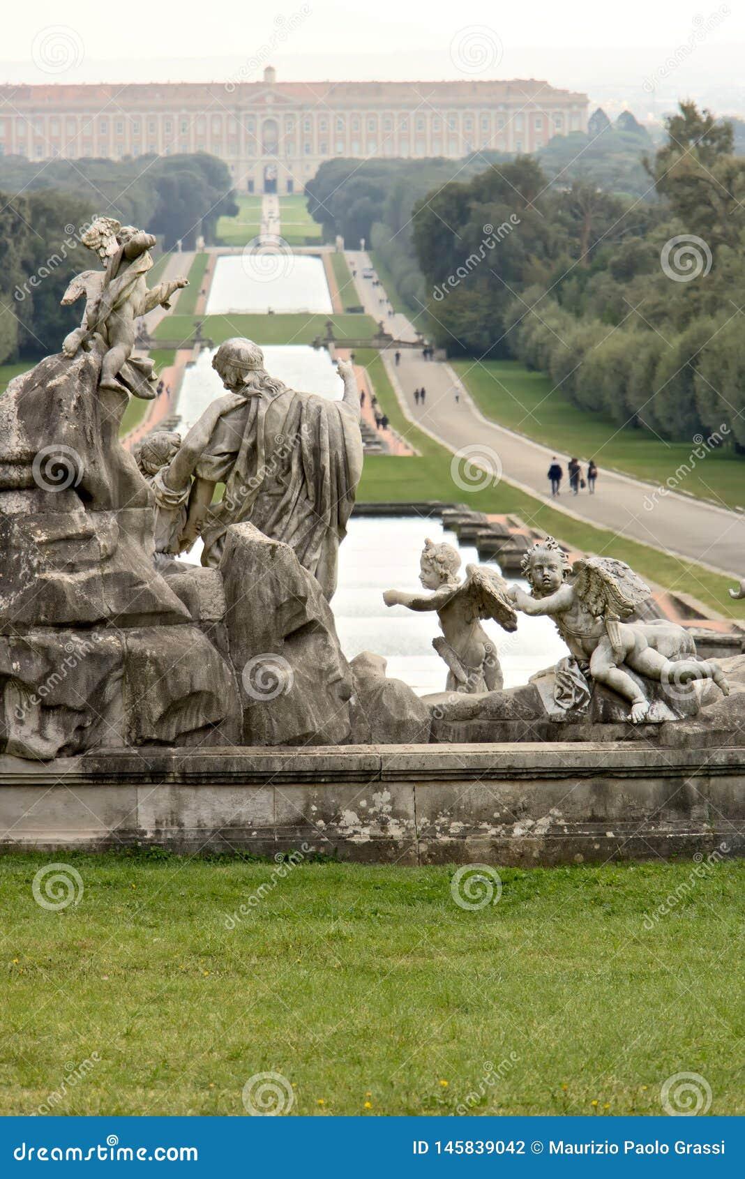 Reggiadi Caserta, Itali? 10/27/2018 De pools van de grote fontein in het park