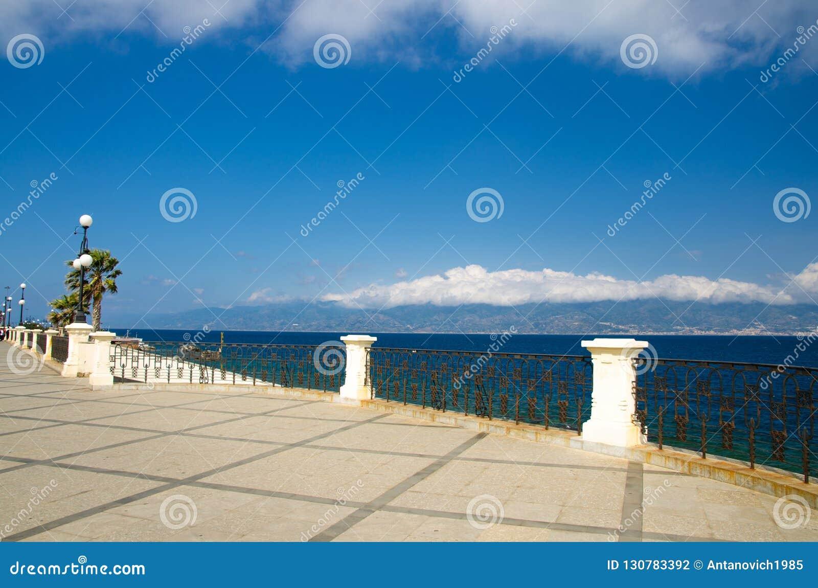 Reggio Di Calabria promenad Lungomare Falcomata, sydliga Italien