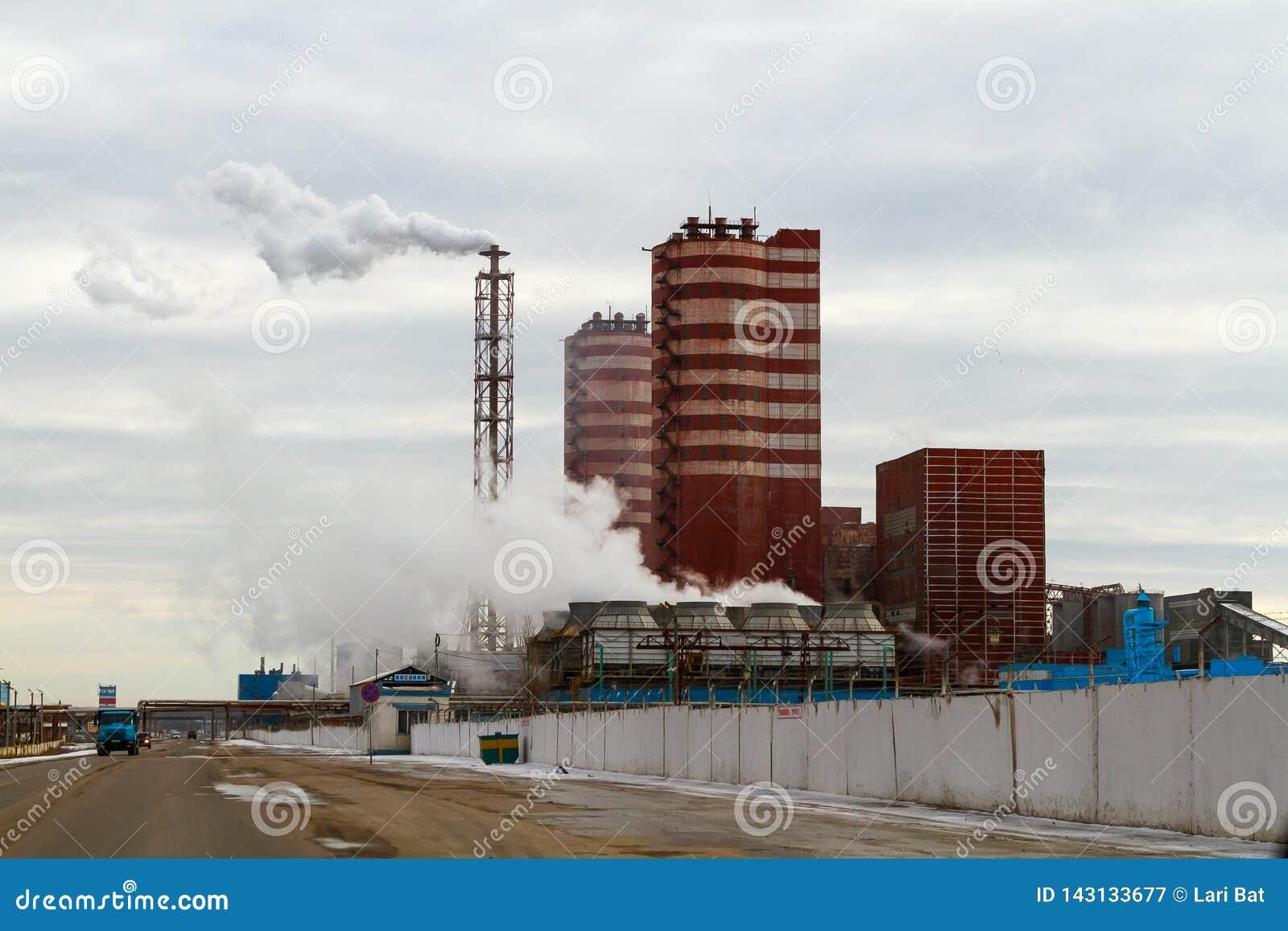 Região de Voronezh, Rossosh Rússia: 11 de novembro de 2011 Adubos minerais da planta da exaustão Ilustração da poluição ambiental