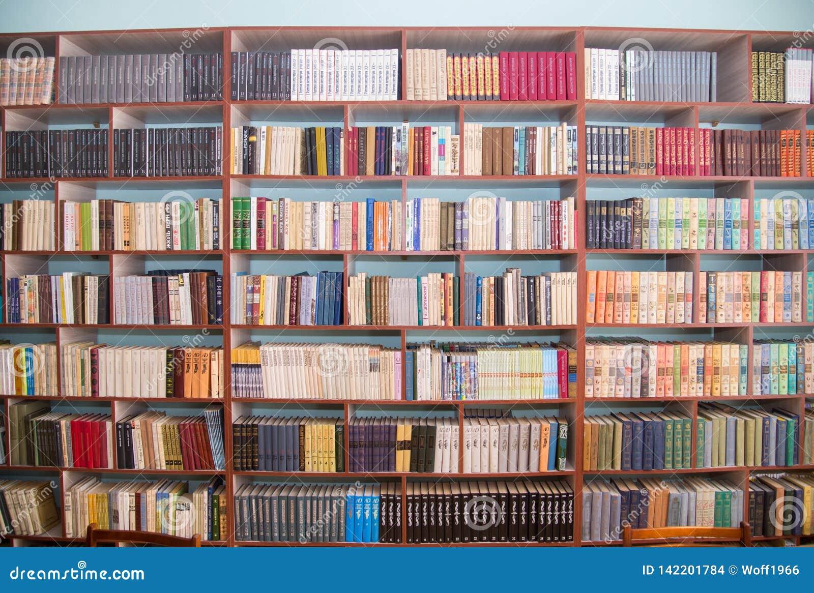 Regi?n de Cheli?binsk, Rusia - marzo de 2019 El dejar de lado con los libros en la biblioteca escolar Estantes de la biblioteca