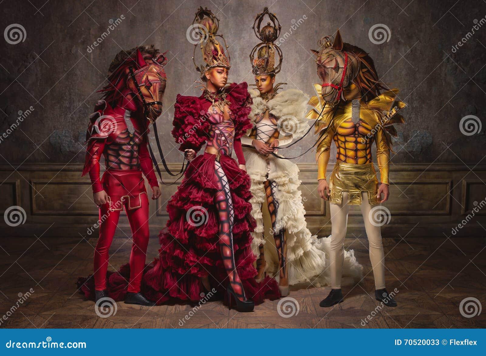 Regine di scacchi con gli uomini nelle maschere del cavallo