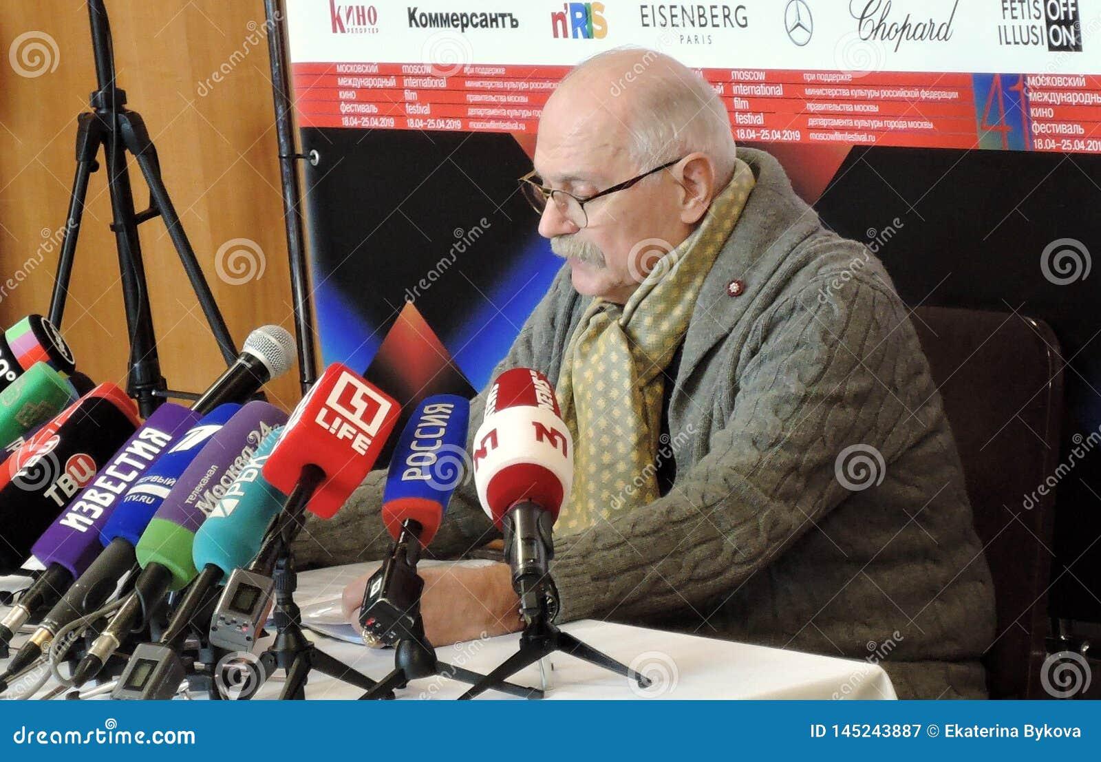 Regisseur Nikita Mikhalkov bij persconferentie