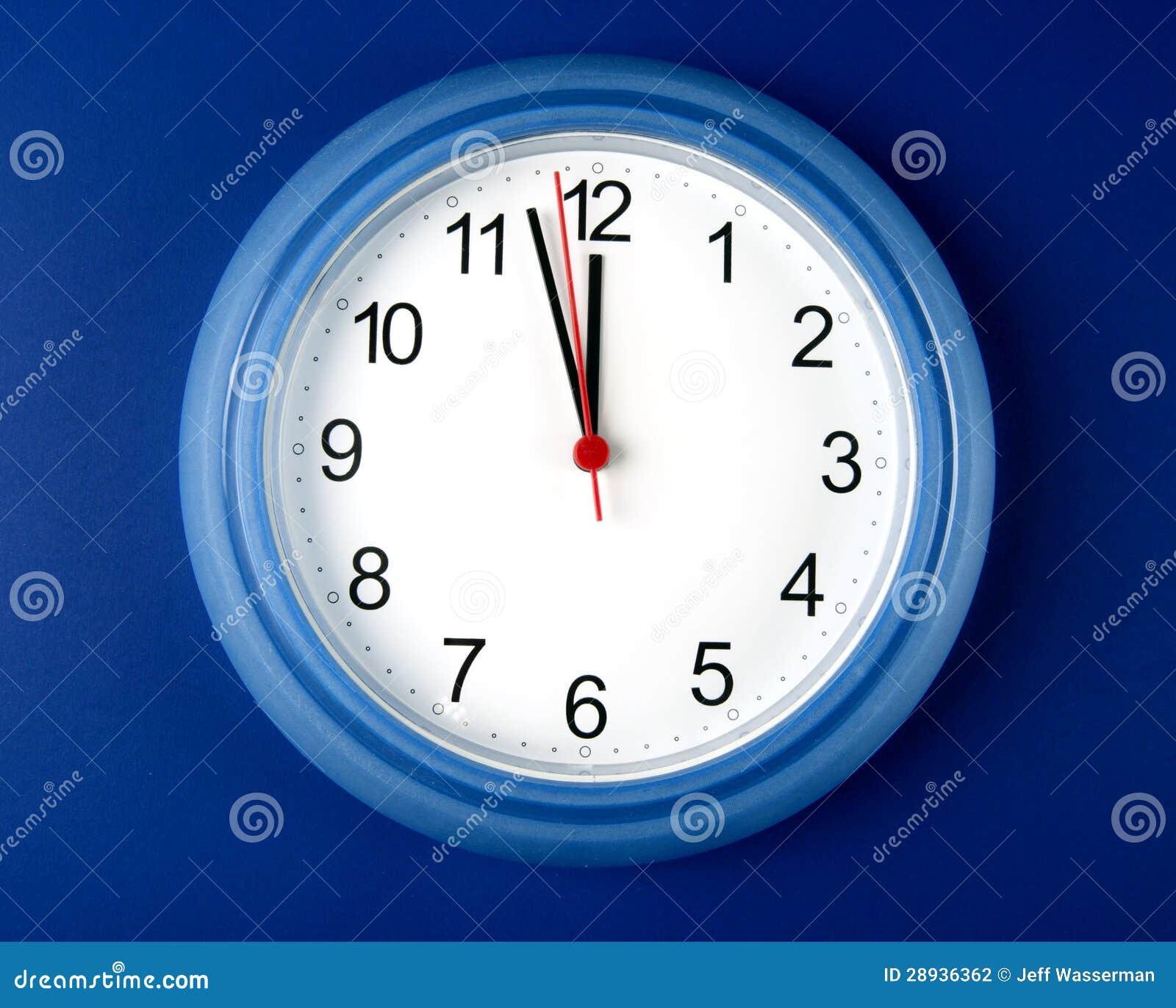 Registre alrededor para golpear medianoche o mediodía en fondo azul