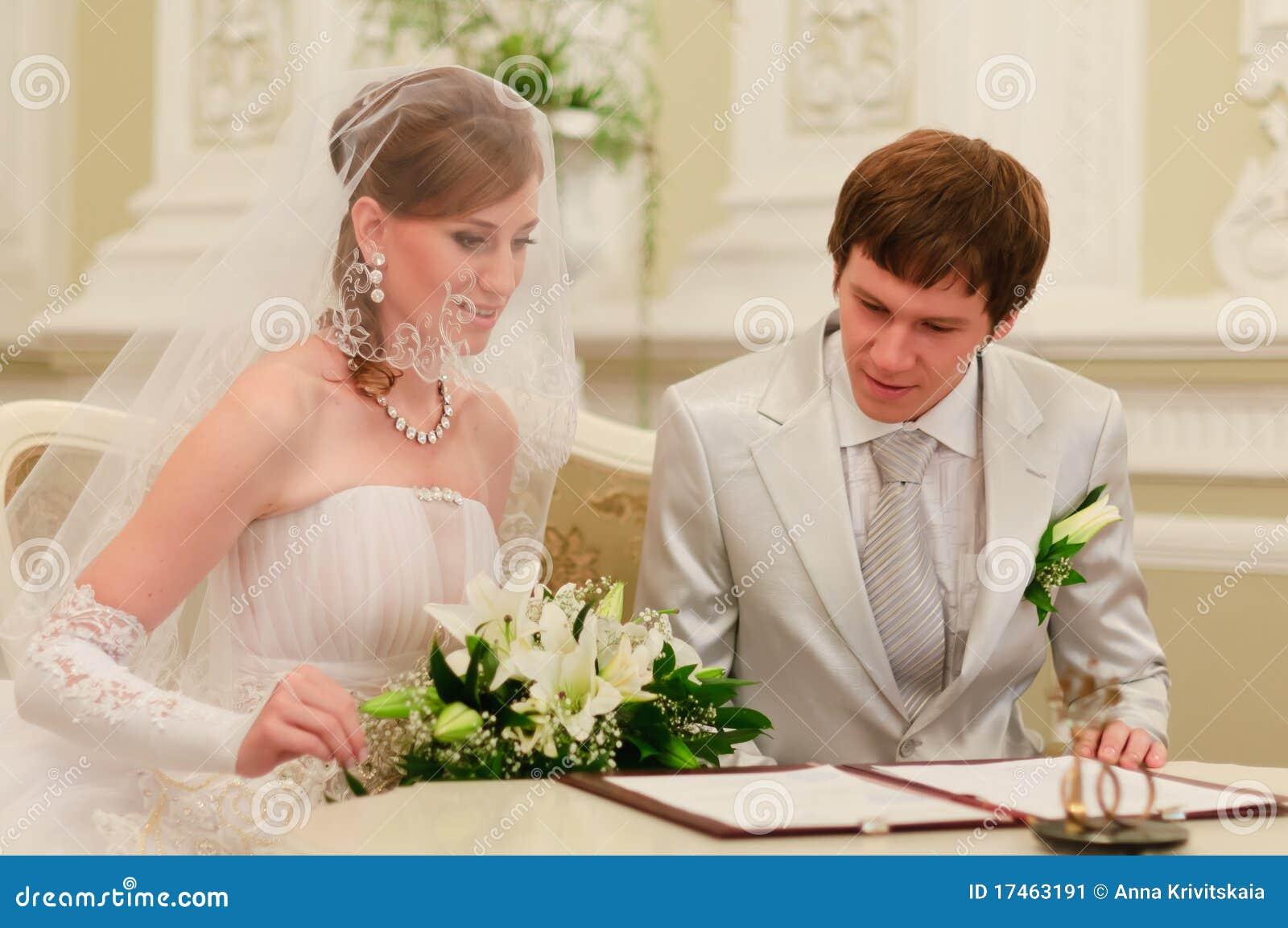 Registre de mariage de signe de couples image stock - Photo de mariage couple ...