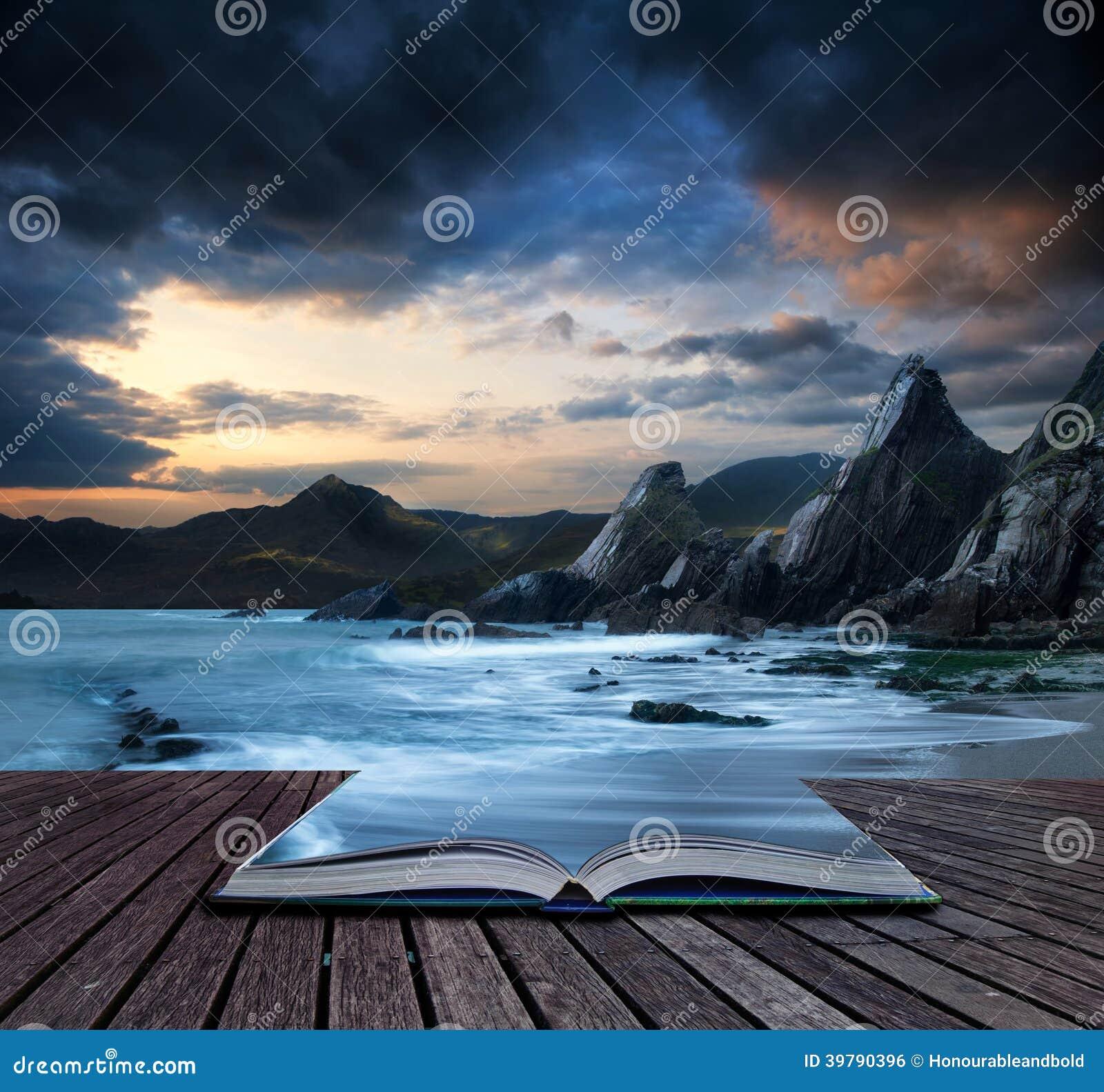 Registre a paisagem bonita do conceito das montanhas e do mar no por do sol