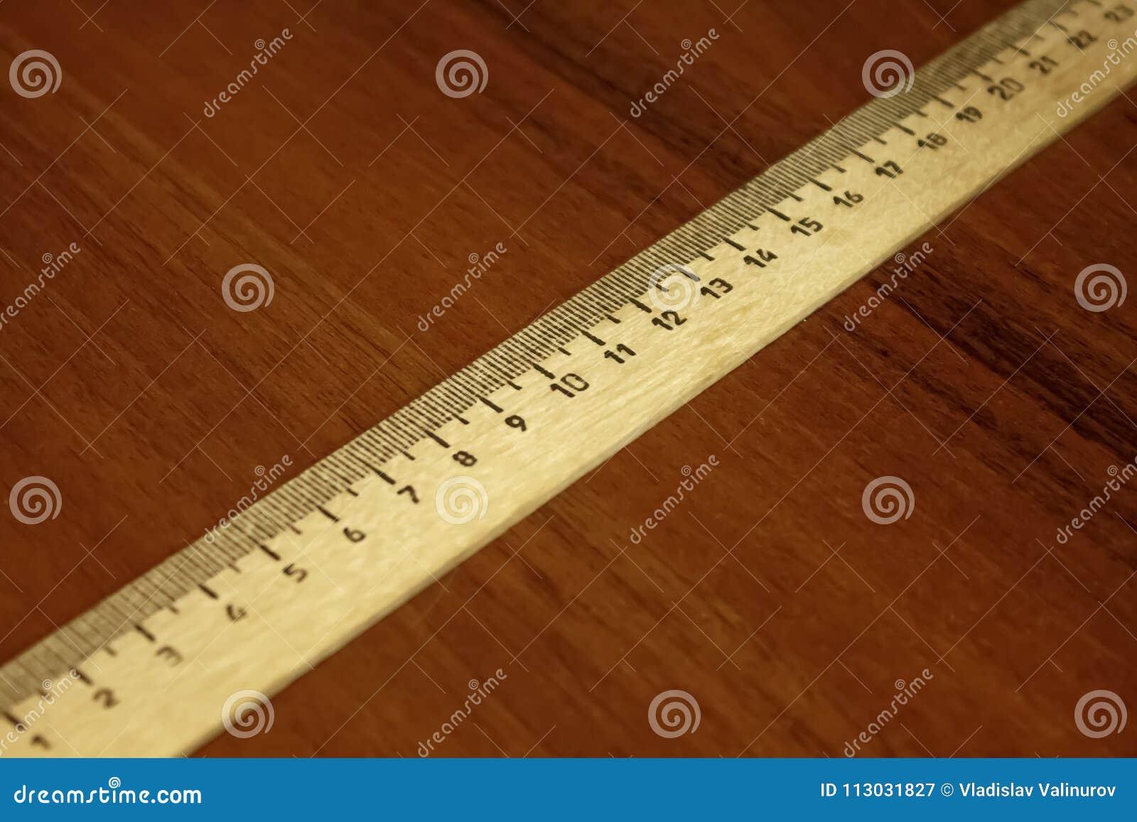 Regla del dibujo en la tabla laqueada diagonalmente