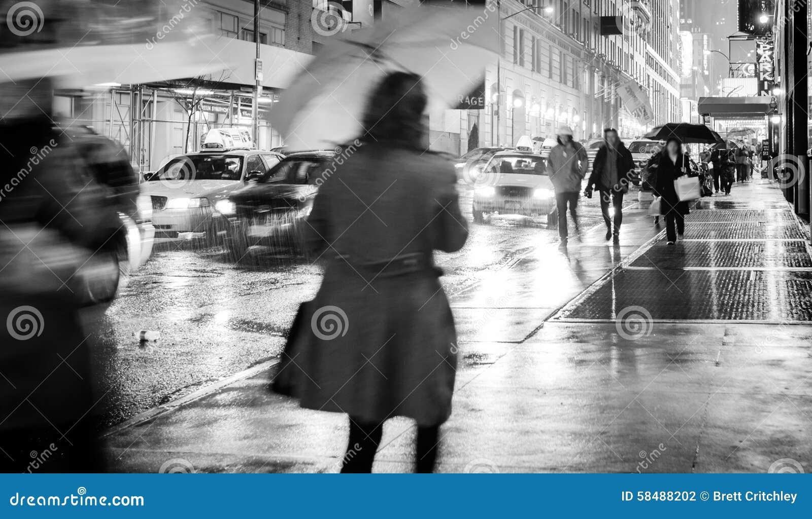 Regn på den våta stadsgatan