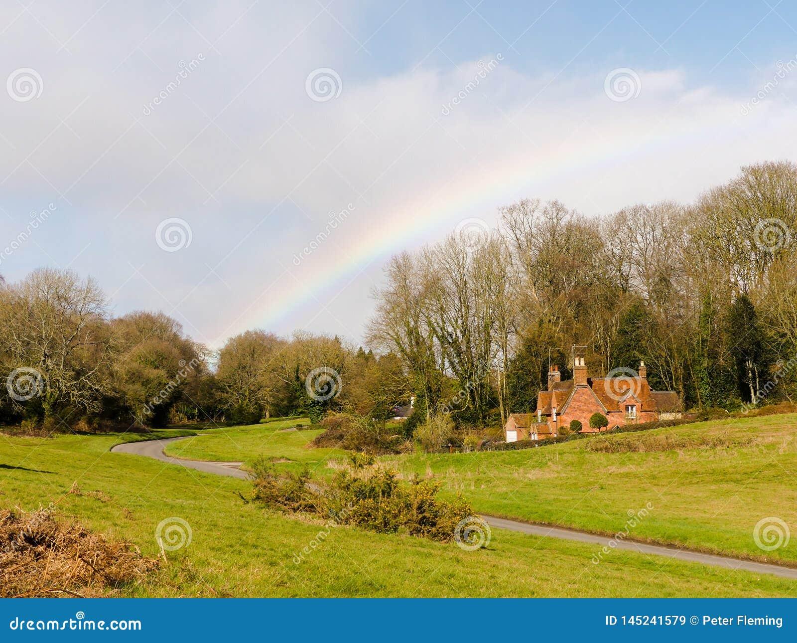 Regnbåge över hundhundkojagränden, Chorleywood i vår