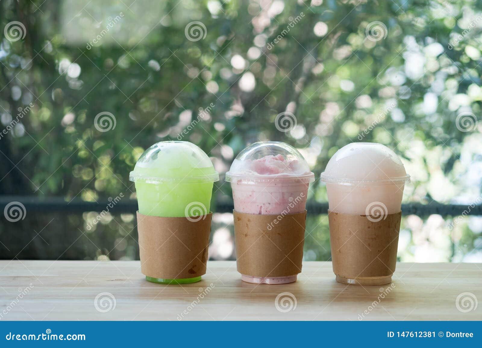 Regnbågen från italiensk sodavatten för smoothies tjänade som i en plast- kopp