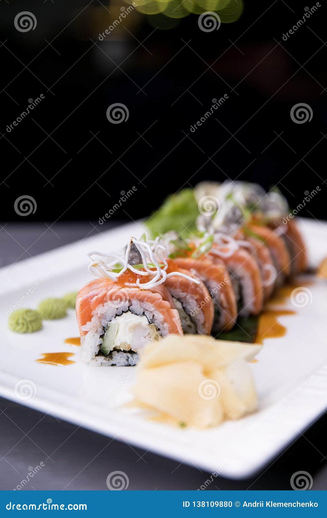 Regnbågesushirulle Sushimeny Japansk mat Bästa sikt av den blandade sushi