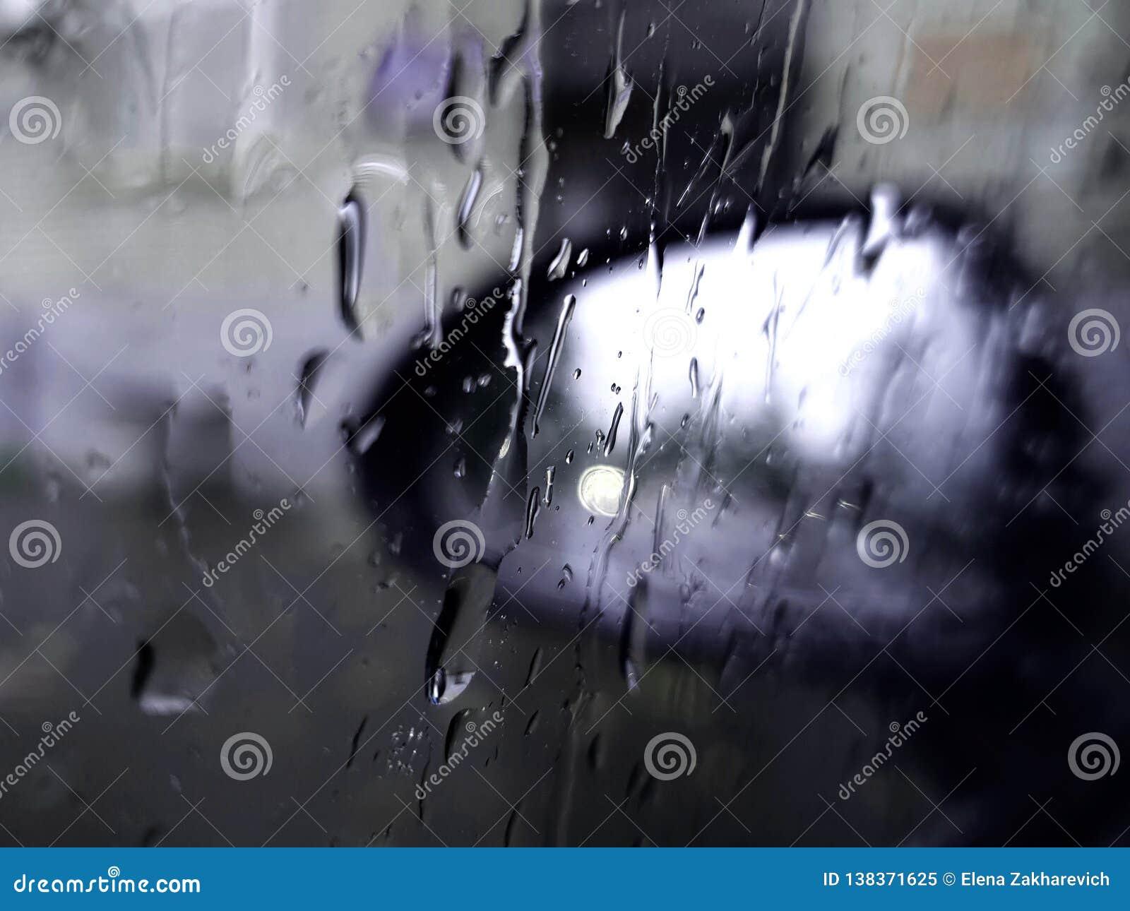 Regndroppar på exponeringsglasspegeln