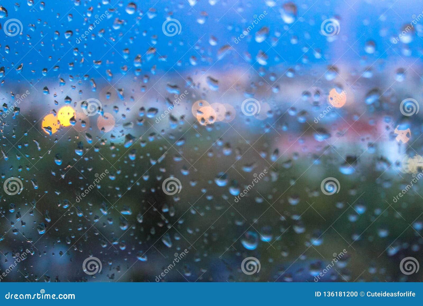 Regndroppar på yttersida för fönsterexponeringsglas