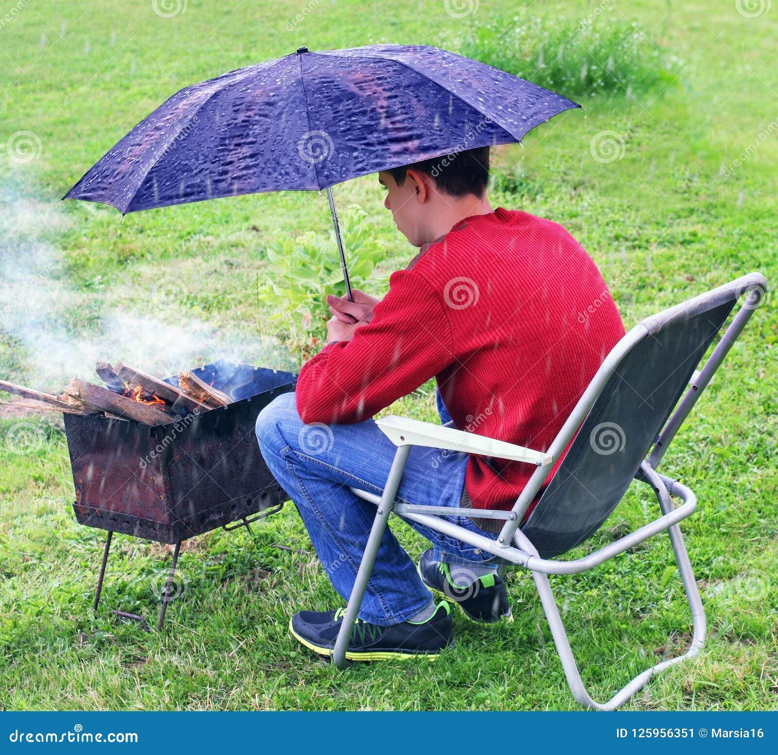 Regnerische Situation Schutzmessingarbeiter vom Regen