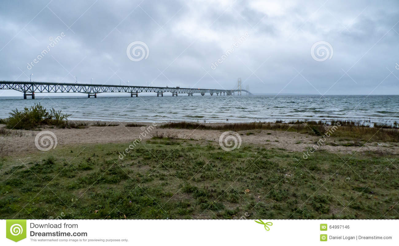 Regnig morgon för Mackinac bro