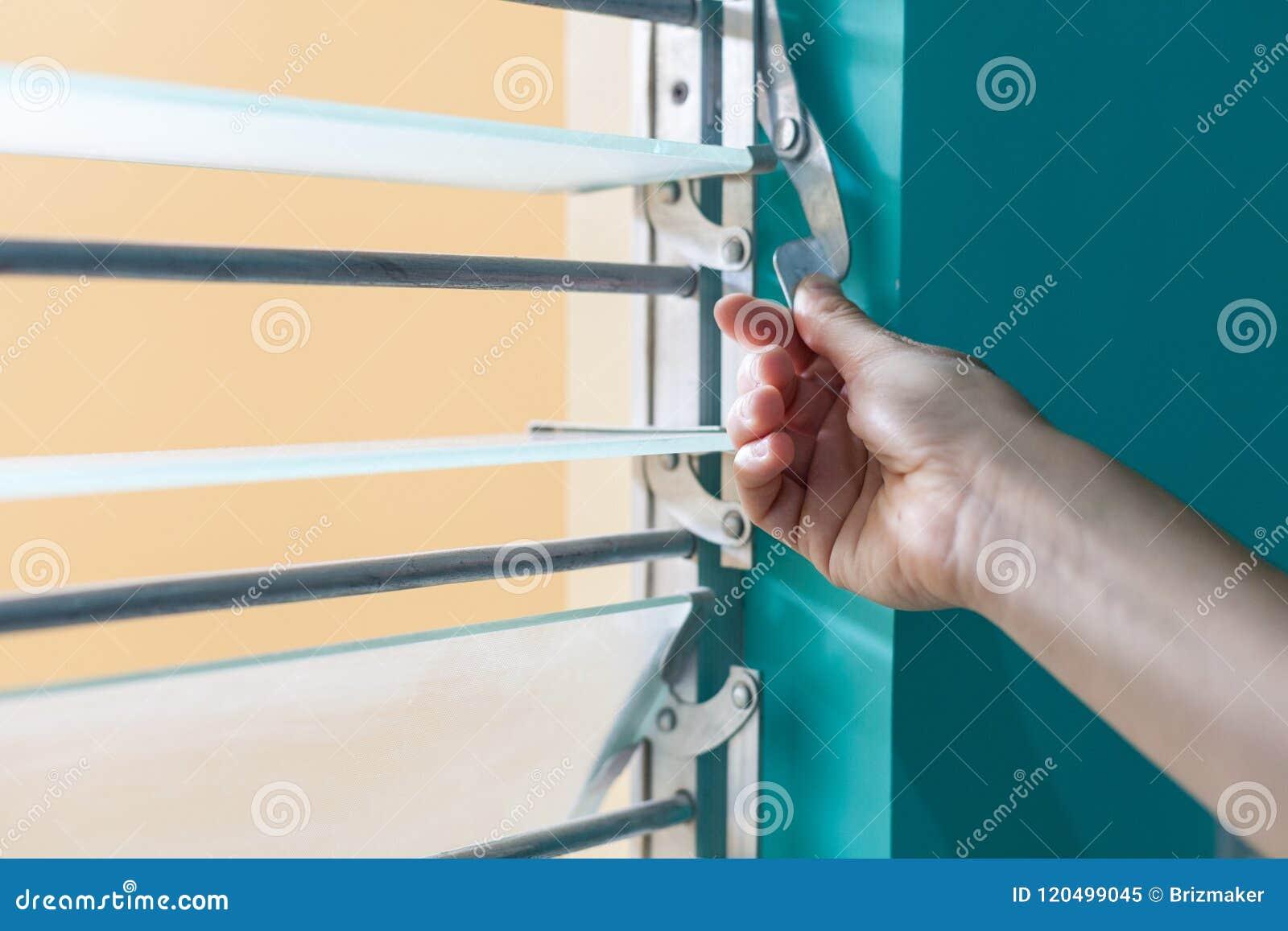 Regolando il vetro e del metallo i ciechi dell altezza con un metallo si serrano