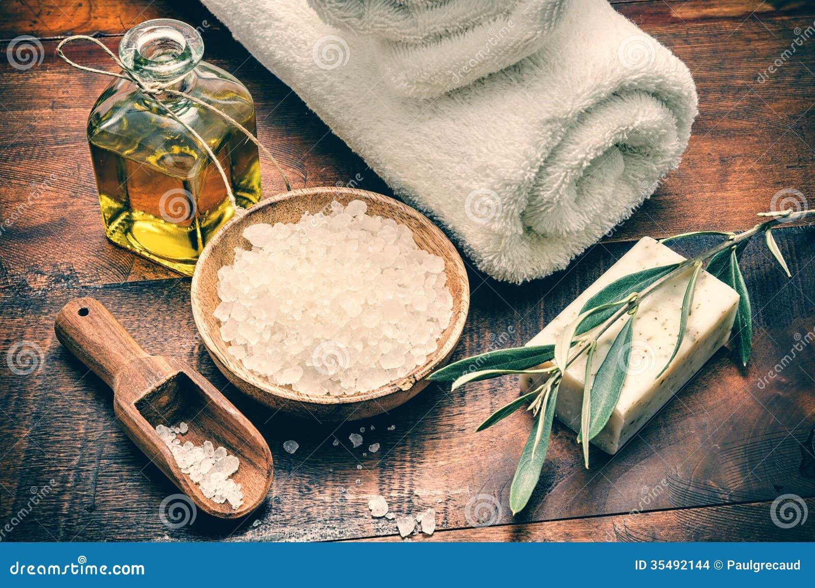 Regolazione della stazione termale con il sapone ed il sale marino verde oliva naturali