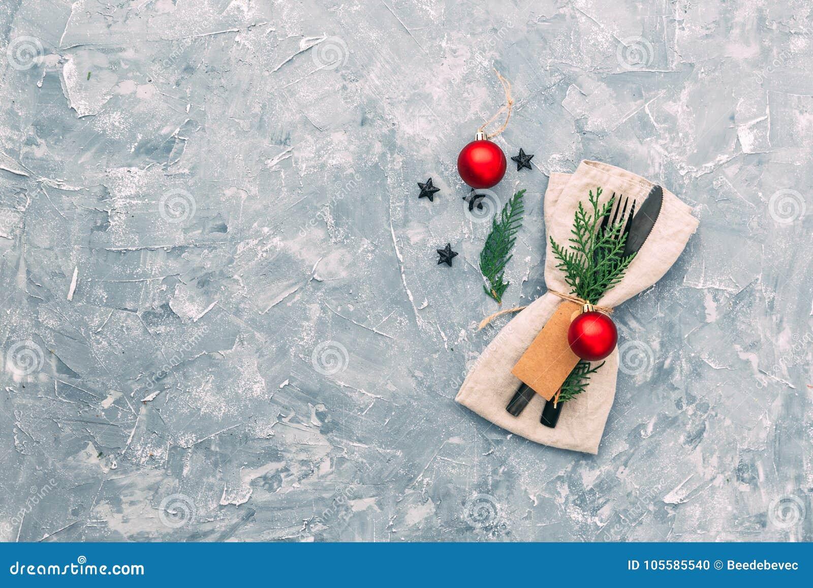 Regolazione della tabella di natale Tovagliolo, forcella e coltello con le decorazioni