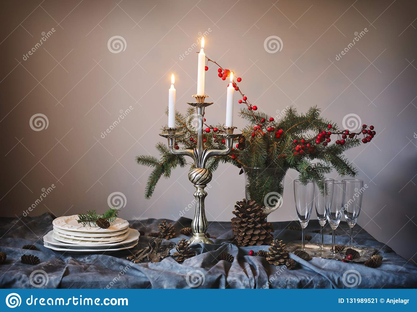 Regolazione della tabella di natale Vetri e candele di Champagne sulla tavola