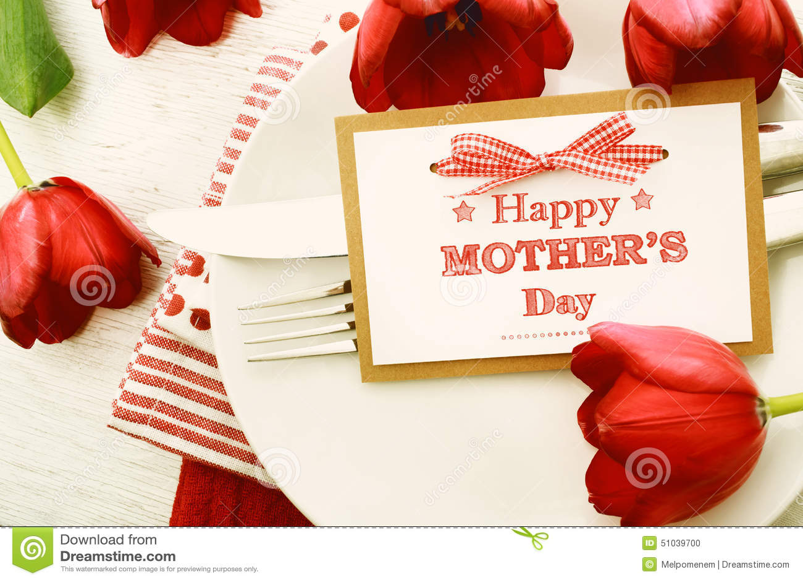 Regolazione della tavola di cena con la carta ed i tulipani del messaggio di giorno di madri