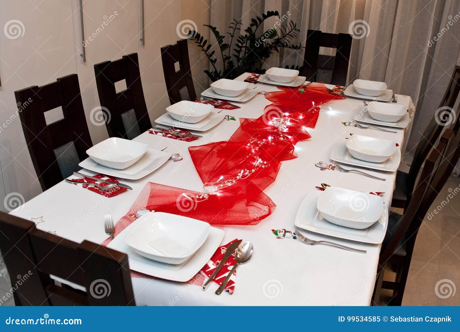 Decorazioni Da Tavola Per Natale : Regolazione della tavola di natale con i piatti bianchi e le