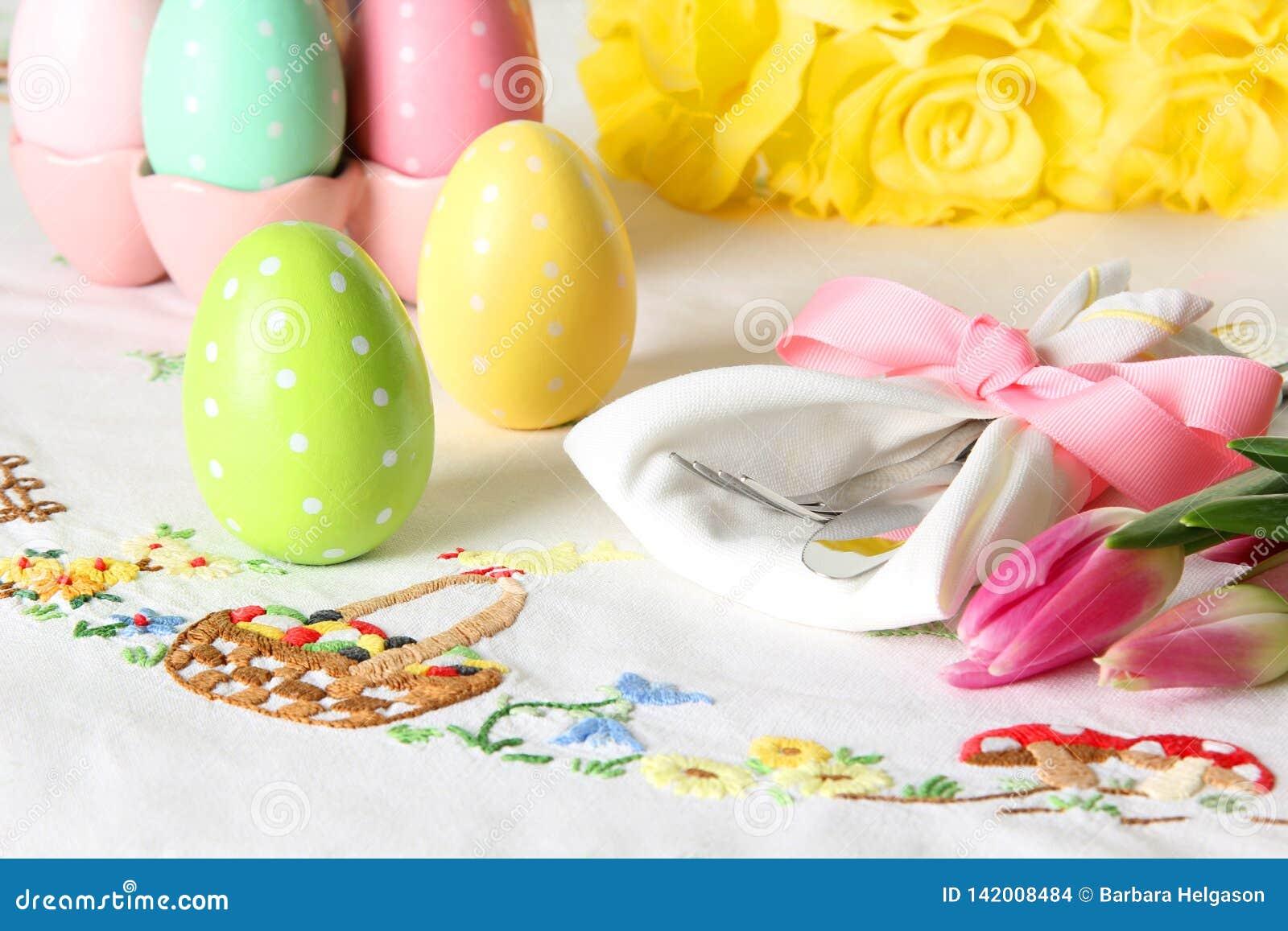 Regolazione di posto di Pasqua su una tovaglia di tela elegante Questa regolazione di posto tradizionale del brunch di festa incl