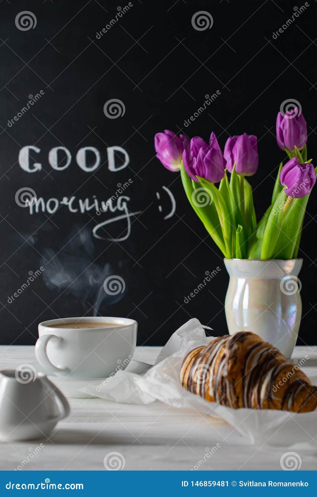 Regolazione positiva e felice della prima colazione con i tulipani più bouquest, il caffè ed il croissant Scena antiquata di matt