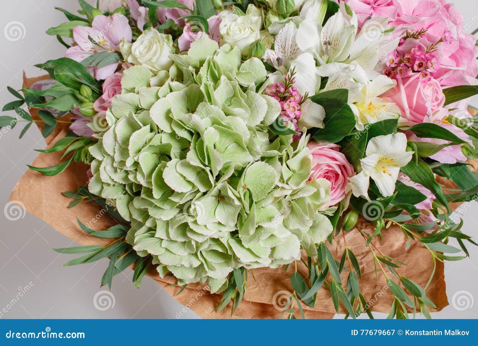 reicher blumenstrau mit hortensie in der frauenhand bunte rosen und verschiedene. Black Bedroom Furniture Sets. Home Design Ideas