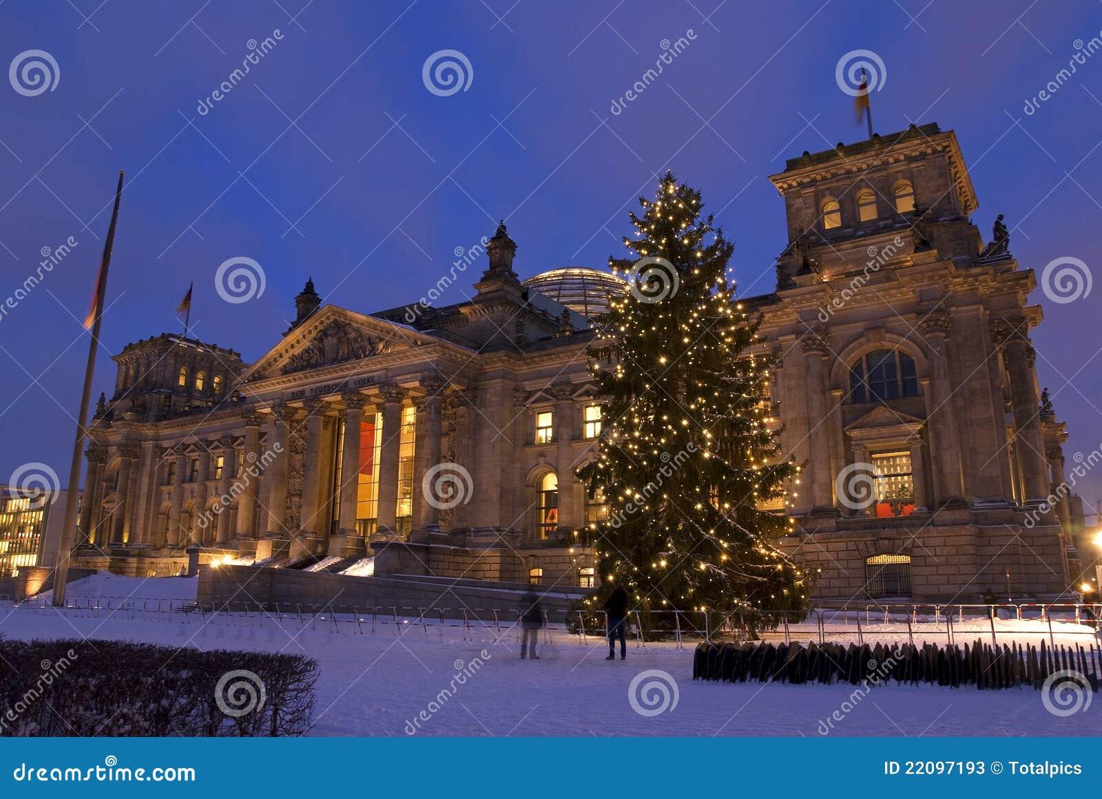 reichsatg大厦在与圣诞树的冬天和雪在柏林.图片